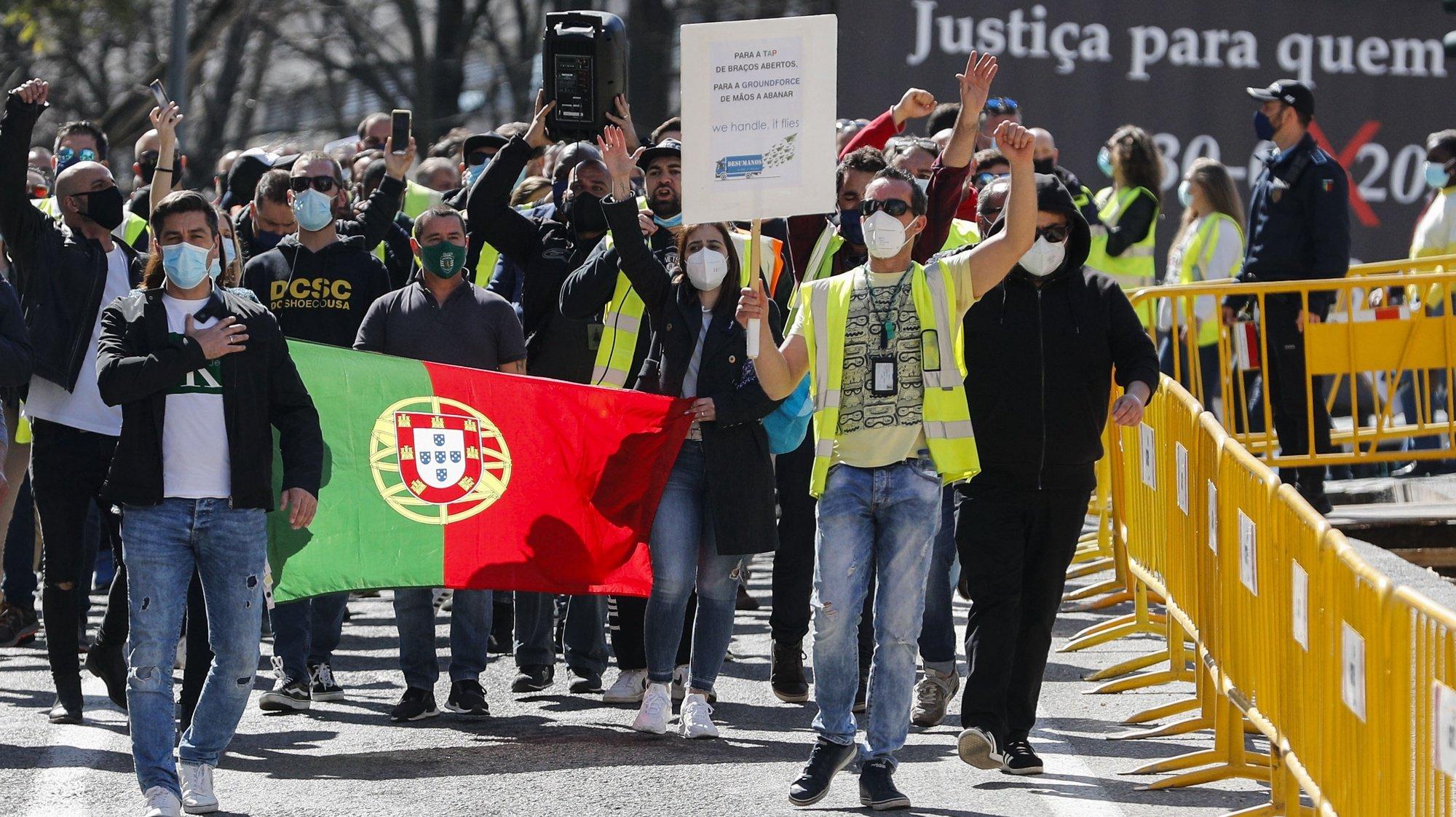 Trabalhadores da Groundforce deslocam-se para a Assembleia da República durante uma manifestação, em Lisboa, 10 de março de 2021. Convocada pelo movimento SOS handling, em protesto pelo não pagamento de salários e os despedimentos anunciados. ANTÓNIO COTRIM/LUSA