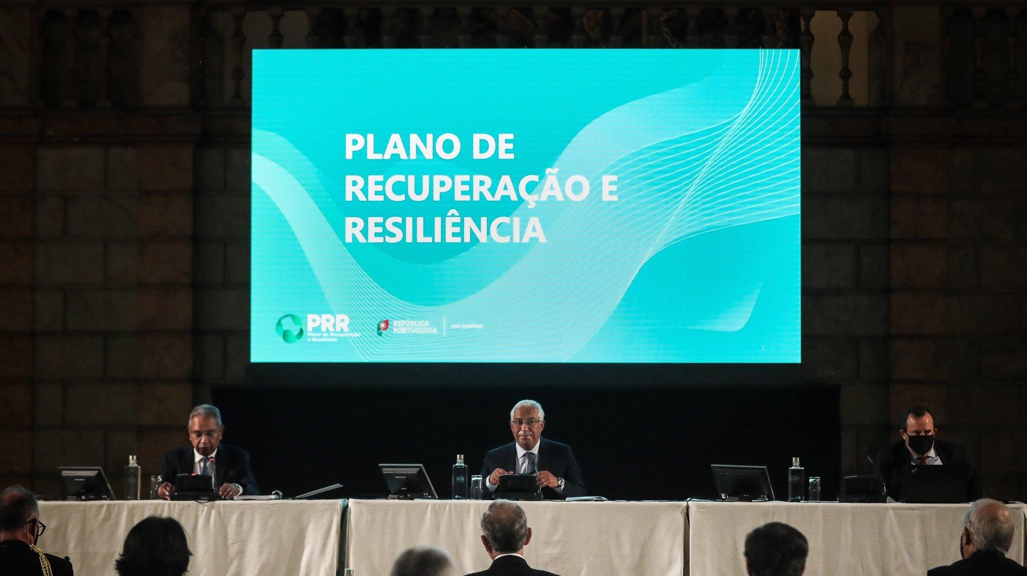 O primeiro-ministro, António Costa (D), e o ministro do Planeamento, Nelson de Souza (E), momentos antes da apresentação do Plano de Recuperação e Resiliência (PRR), no Antigo Picadeiro Real do Palácio de Belém, em Lisboa, 16 de abril de 2021. MÁRIO CRUZ/LUSA