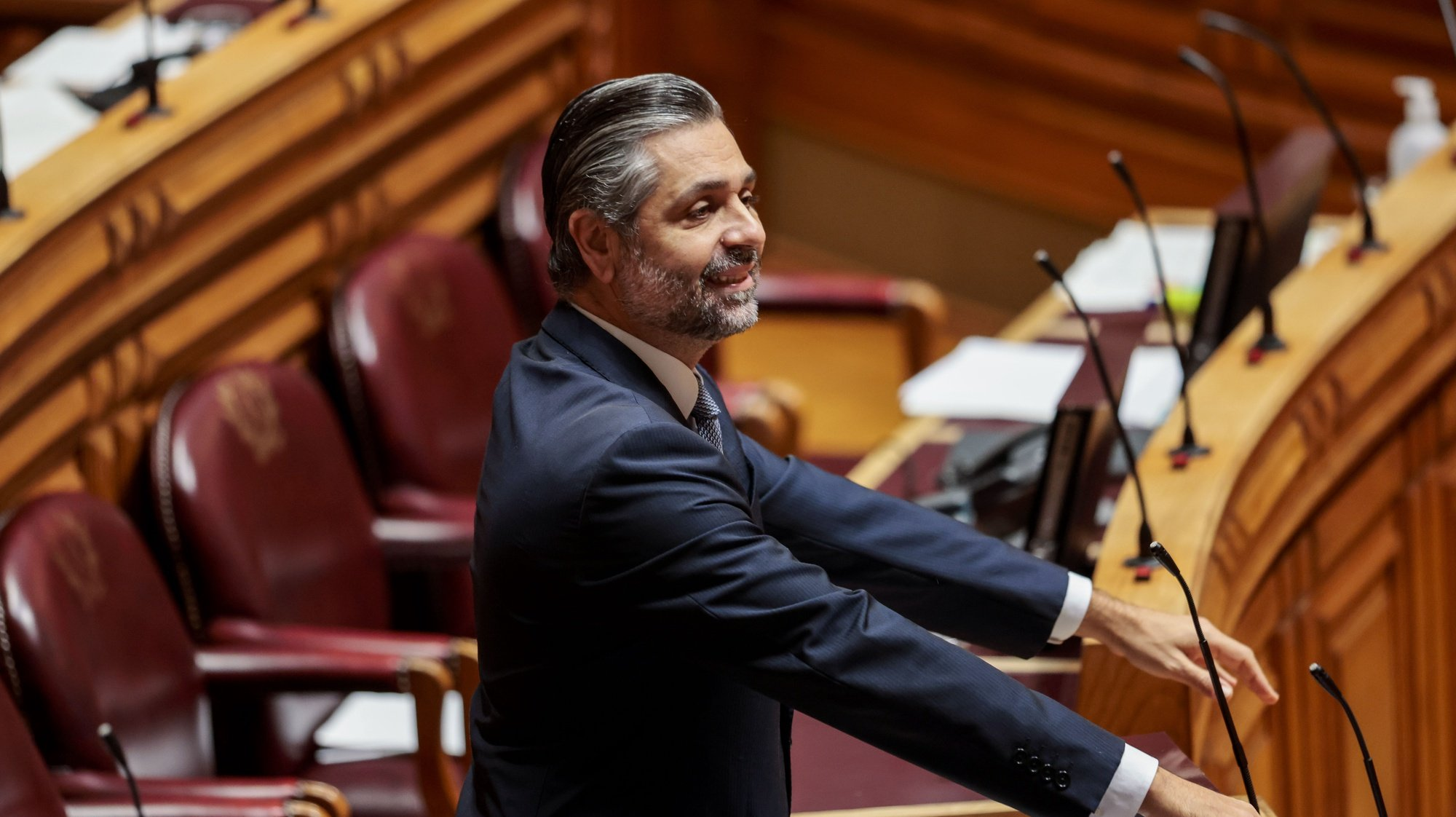 O deputado do Partido Social Democrata (PSD) Cristóvão Norte intervém durante a sessão plenária sobre política setorial, requerido pelo grupo parlamentar do PS, na Assembleia da República, em Lisboa, 11 de dezembro de 2020. JOSÉ SENA GOULÃO/LUSA