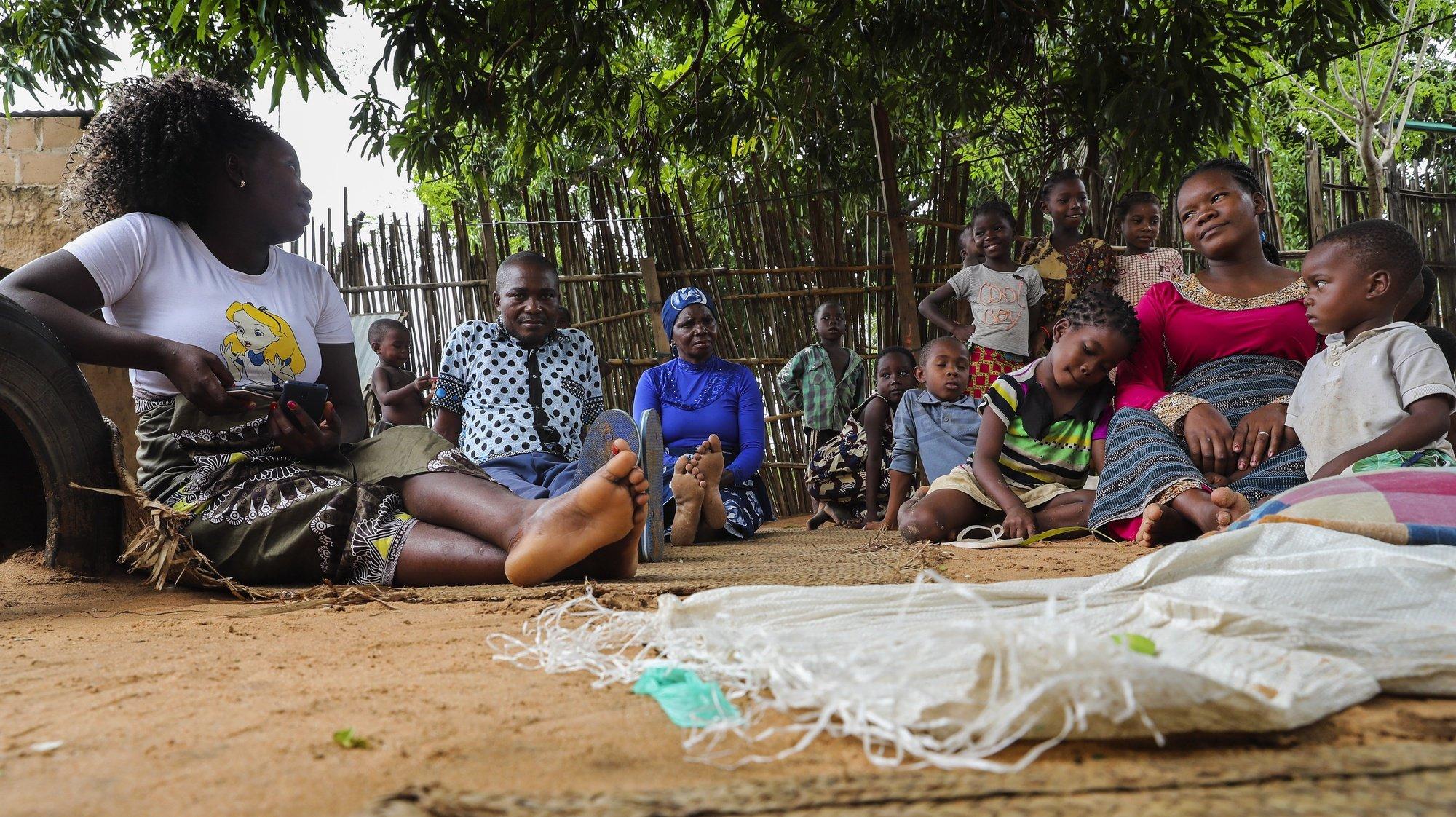 Zito Paulino João (3E), rodeado pela mulher e familiares, perdeu o contacto com a restante família durante os conflitos e vivem agora na casa da mãe em Pemba, Moçambique, 13 de abril de 2021. A violência armada em Cabo Delgado começou há mais de três anos, mas ganhou uma nova escalada há duas semanas, quando grupos armados atacaram pela primeira vez a vila de Palma, que está a cerca de seis quilómetros dos multimilionários projetos de gás natural. (ACOMPANHA TEXTO) JOAO RELVAS/LUSA