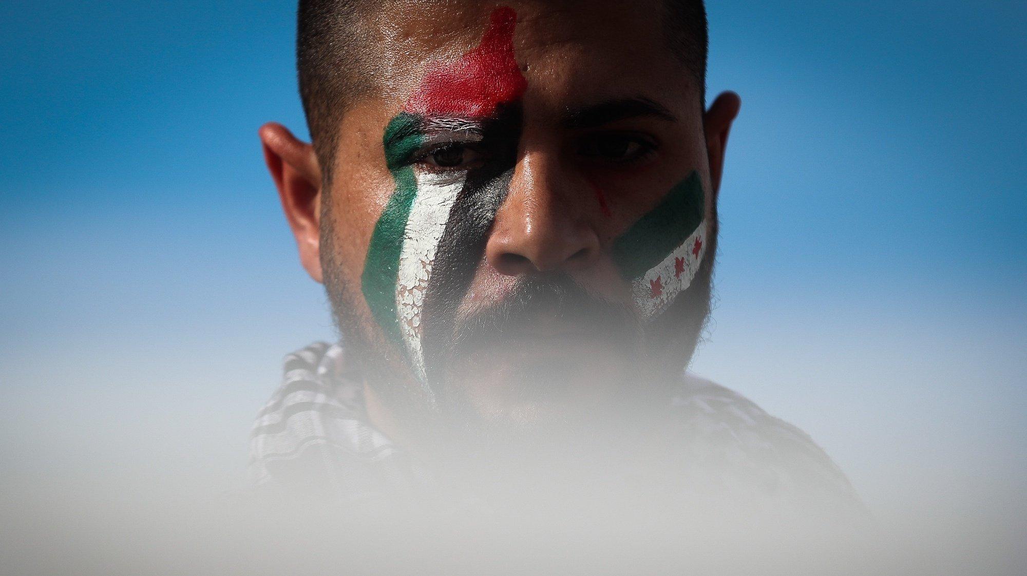 """Pessoas participam na manifestação """"Solidariedade com a Palestina: Fim à agressão, fim à ocupação!"""", em Lisboa, 17 de maio de 2021. Ações organizadas pelo Conselho Português para a Paz e Cooperação (CPPC), Movimento pelos Direitos do Povo Palestino e pela Paz no Médio Oriente (MPPM) e Confederação Geral dos Trabalhadores Portugueses - Intersindical Nacional (CGTP-IN). MÁRIO CRUZ/LUSA"""