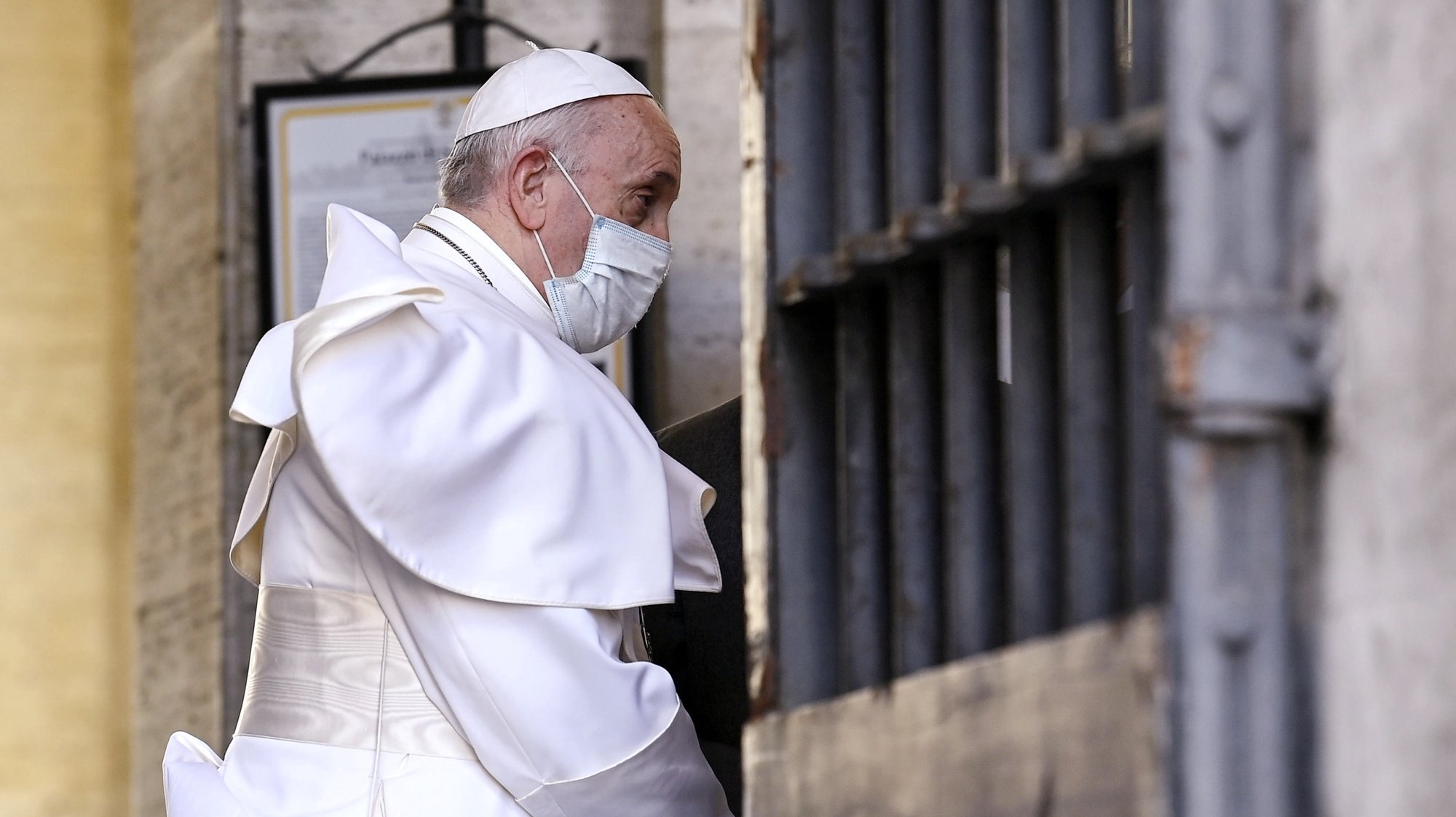 epa09215174 Pope Francis wears a face mask during his visit to the Vatican Scholas Occurrentes in Trastevere neighborhood in Rome, Italy, 20 May 2021. Scholas Occurrentes is a pontifical foundation that is present on five continents through its educational networks.  EPA/RICCARDO ANTIMIANI