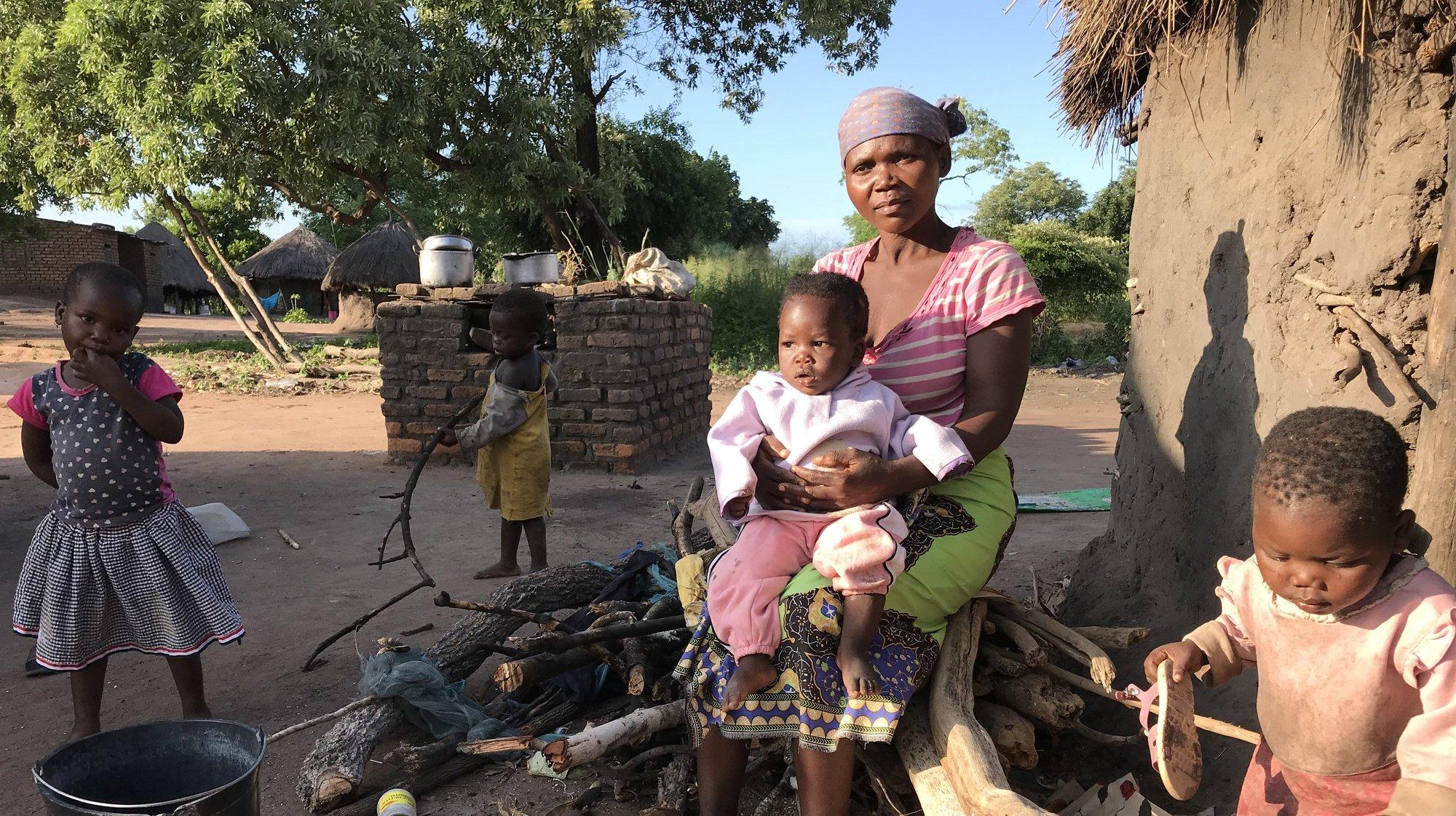 Isabel Zacarias, mãe do Idai, o bebé que ganhou o nome do ciclone mais violento de que se tem memória no centro de Moçambique, em Dombe, Manica, Moçambique, 12 de março de 2020. O bebé nasceu a 15 de março de 2019, durante a noite, na palhota de uma parteira da aldeia, horas depois de a grávida ter abandonado o centro de saúde de Dombe, Manica, centro de Moçambique, devido ao temporal. (ACOMPANHA TEXTO DO DIA 13 DE MARÇO DE 2020). ANDRÉ CATUEIRA/LUSA