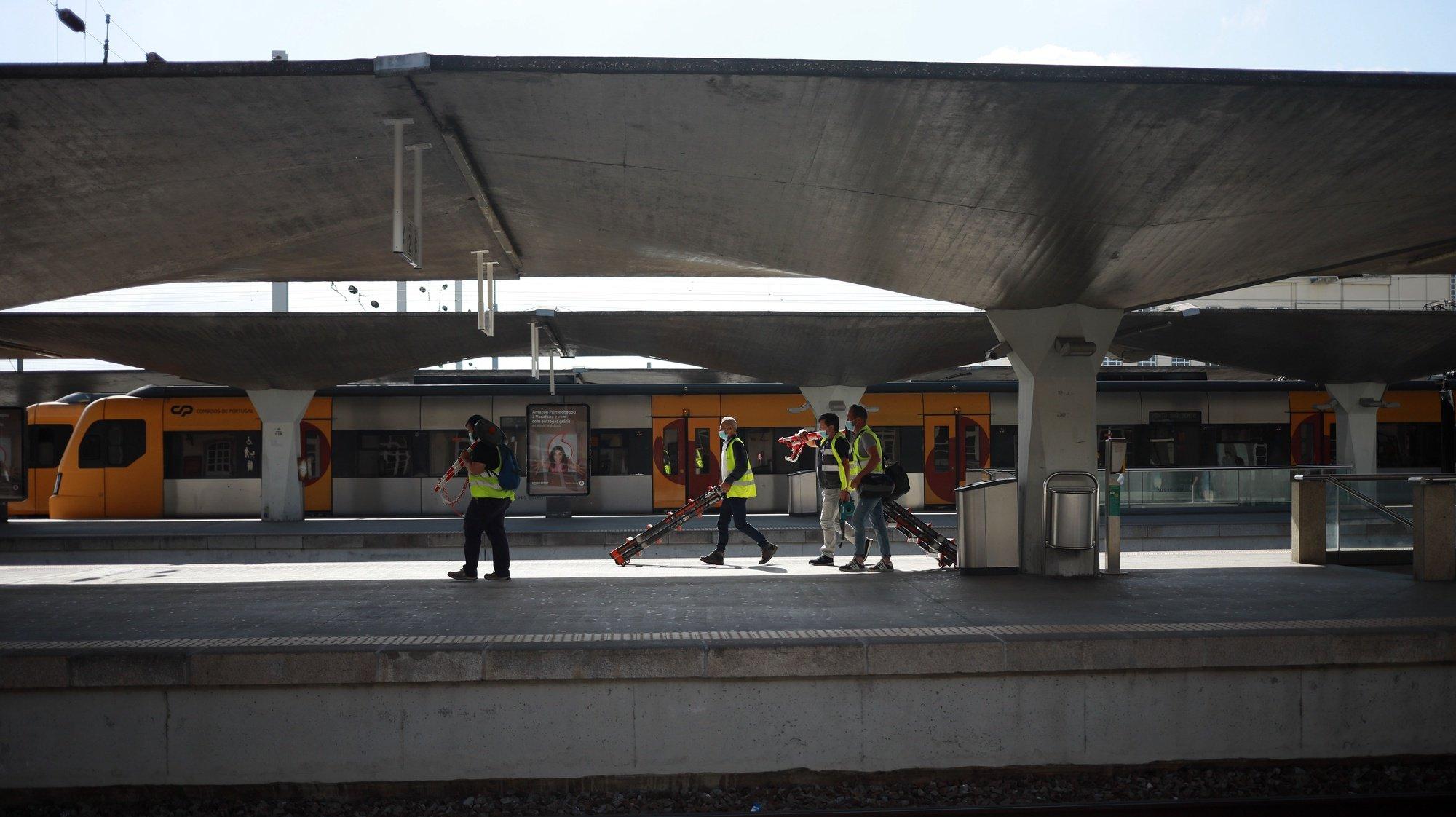 A CP realizou 184 das 256 ligações ferroviárias que tinha programadas até às 08:00, devido à greve dos trabalhadores da empresa Infraestruturas de Portugal (IP) e suas filiadas, tendo sido suprimidos 72 comboios, segundo fonte oficial da empresa, estação de Campanha no Porto, 28 de junho de 2021. ESTELA SILVA/LUSA