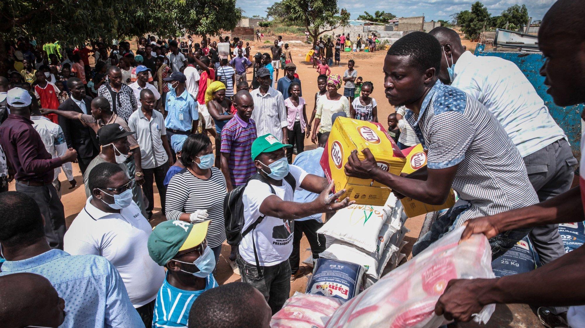 """Ação da UNITA de doação de bens alimentares a famílias carentes em Cacuaco (Luanda), Angola, 6 de abril de 2020. A UNITA, maior partido da oposição em Angola, pediu hoje mais apoio e solidariedade para com as comunidades mais vulneráveis durante o estado de emergência devido ao Covid-19 para que o país """"não deixe a sua população morrer à fome"""". AMPE ROGÉRIO/LUSA"""