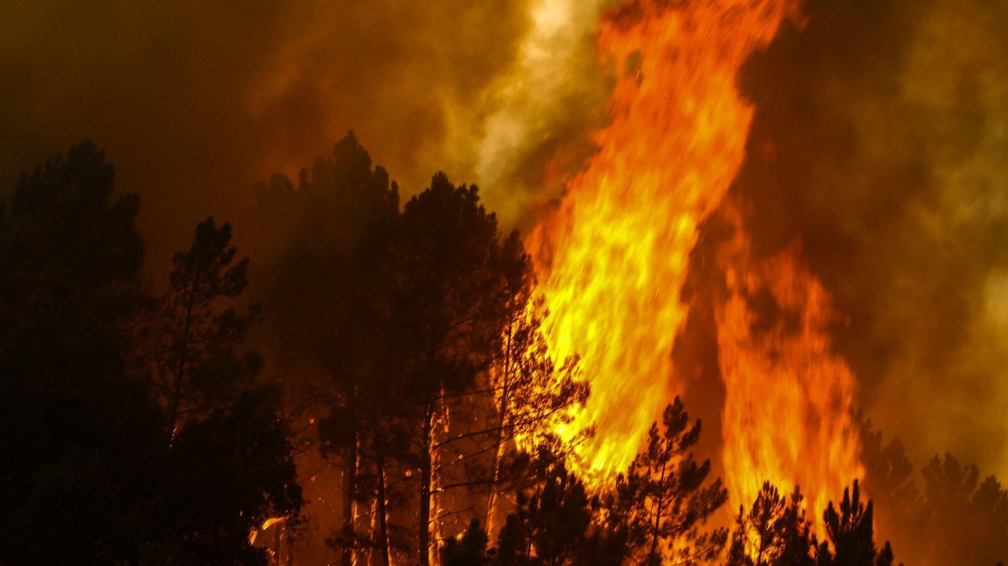 Uma frente do incêndio que lavra na aldeia de Rabaças, em Oleiros, Castelo Branco, 14 de setembro de 2020. O incêndio que deflagrou em Proença-a-Nova no domingo e que lavra hoje com intensidade em Oleiros já está próximo do Rio Zêzere, afirmou hoje o presidente da Câmara. Segundo a Autoridade Nacional de Emergência e Proteção Civil estão neste momento a combater o incêndio 1063 operacionais no terreno, apoiados por 343 veículos e dezassete meios aéreos. PAULO CUNHA /LUSA