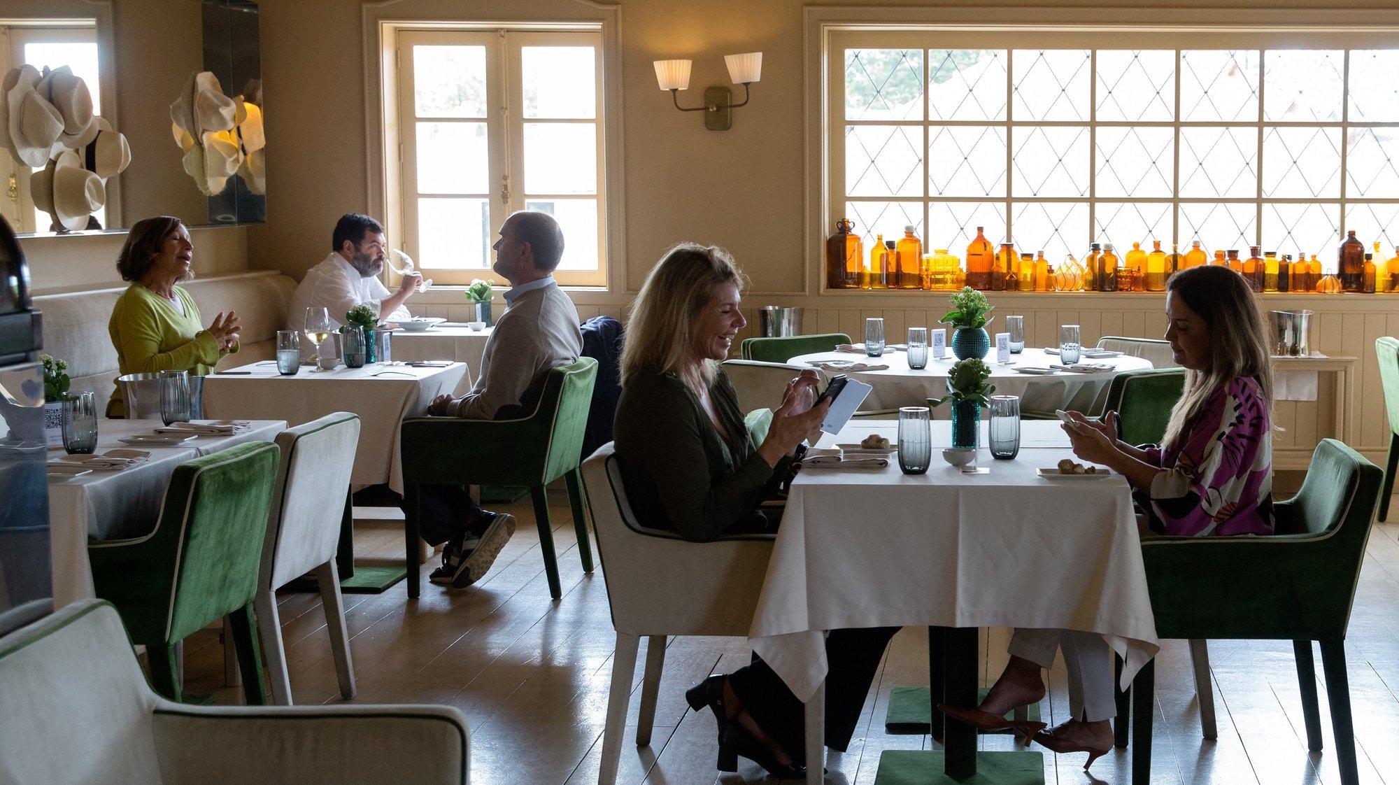 Clientes almoçam no restaurante Wish no dia em que entram em vigor novas medidas de desconfinamento, Porto, 19 de abril de 2021. Passa a ser autorizada a abertura de restaurantes, cafés e pastelarias, mas com a restrição de lotação máxima a quatro pessoas ou seis pessoas em esplanadas e com horário até às 22:00 horas ou às 13:00 ao fim de semana. JOSÉ COELHO/LUSA