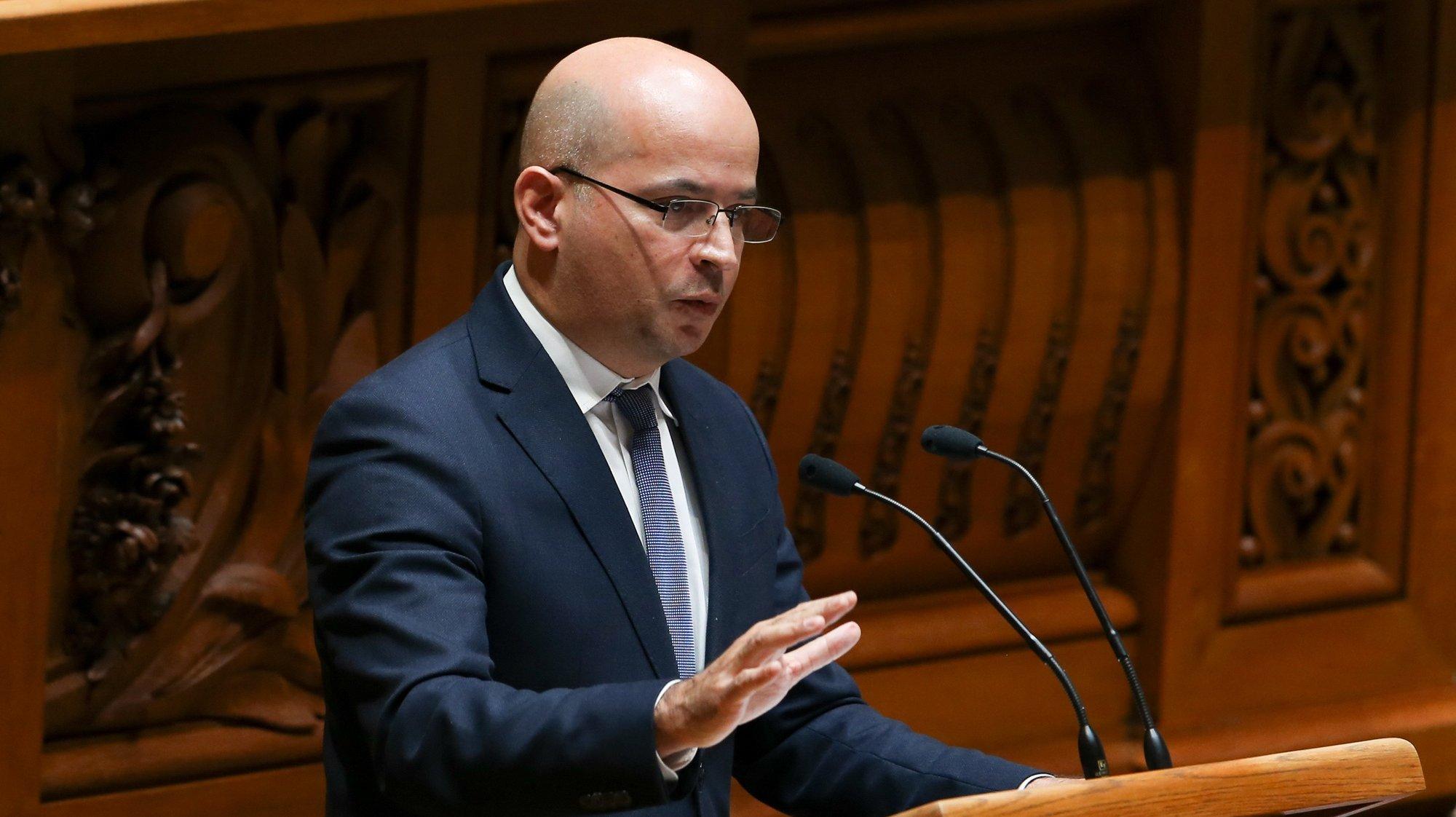 O ministro das Finanças, João Leão, intervém durante a sessão plenária para a votação do Orçamento do Estado 2021 (OE2021), na Assembleia da República, em Lisboa, 26 de novembro de 2020. MANUEL DE ALMEIDA/LUSA