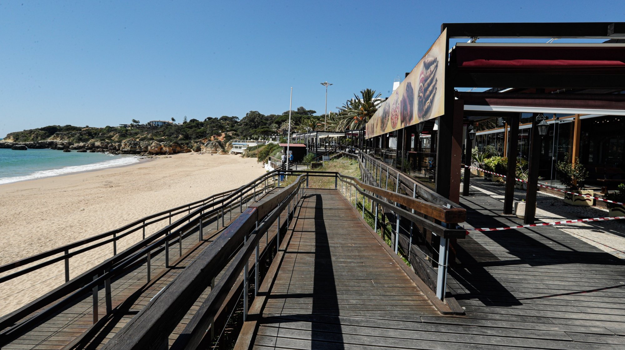 A Praia da Oura, uma das praias  mais procuradas pelos turistas em Albufeira, encontra-se com os restaurantes fechados e sem pessoas, Albufeira, 29 de março de 2021. Devido à pandemia de covid-19 os empresários do Algarve desesperam por turistas e temem falências no setor.   (ACOMPANHA TEXTO DE 30/03/2021) LUÍS FORRA/LUSA
