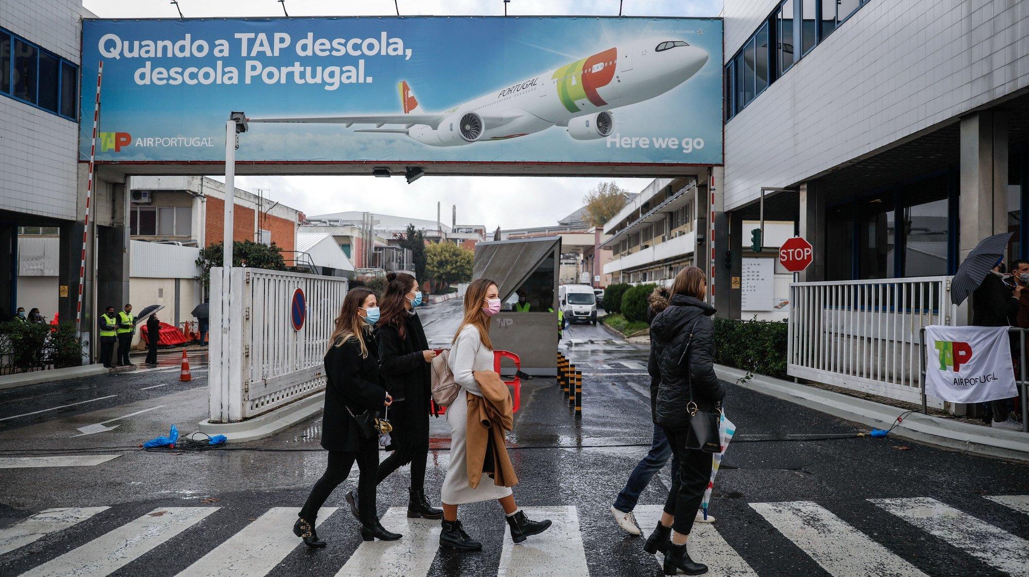"""Protesto de trabalhadores da TAP contra plano de reestruturação da empresa, organizado pelo movimento """"Os Números da TAP Têm Rosto"""", não afeto a nenhuma estrutura sindical,  no Aeroporto de Lisboa, em Lisboa, 09 de dezembro de 2020. RODRIGO ANTUNES/LUSA"""