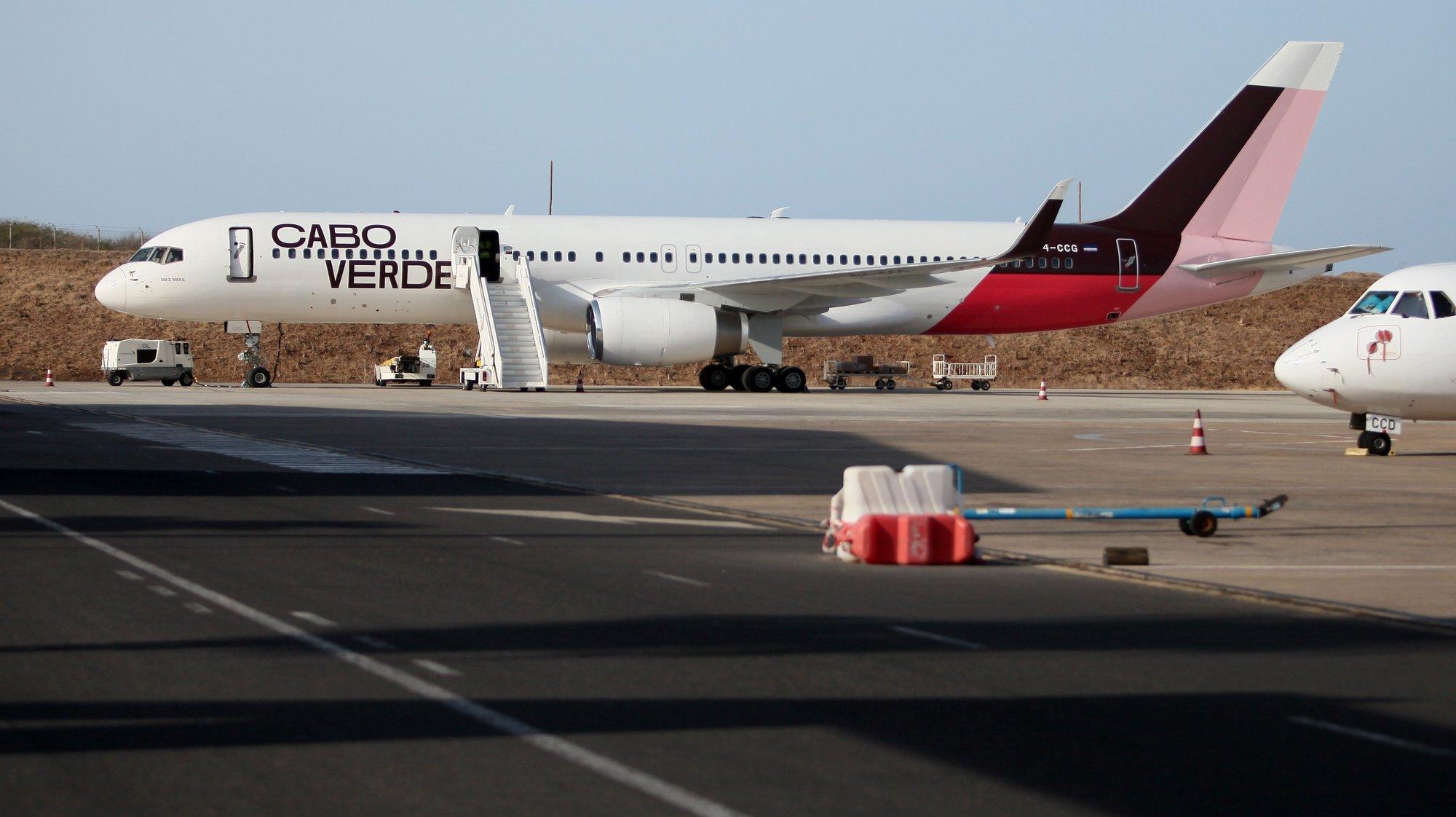 """Um Boeing da Cabo Verde Airlines (CVA) regressou hoje ao arquipélago, mais de um ano depois de ser colocado em situação de armazenamento no exterior, o que segundo o Governo """"marca a retoma dos voos"""" da companhia de bandeira, na Praia, Ilha de Santiago, Cabo Verde, 14 de abril de 2021. FERNANDO DE PINA/LUSA"""