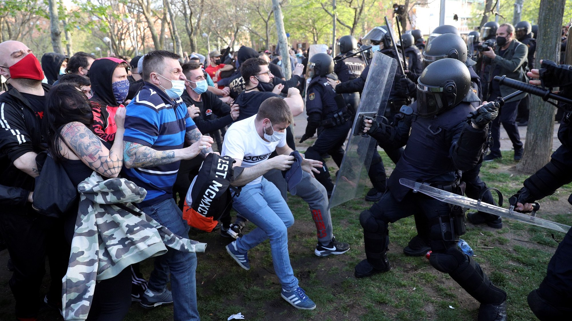 epa09121012 Spanish National Police members clash with protesters during Spanish far-right party VOX's regional election kick-off campaign rally in Vallecas, Madrid, Spain, 07 April 2021. Madrid will hold regional elections on 04 May 2021 to elect the 12th Assembly of the Community of Madrid.  EPA/RODRIGO JIMENEZ