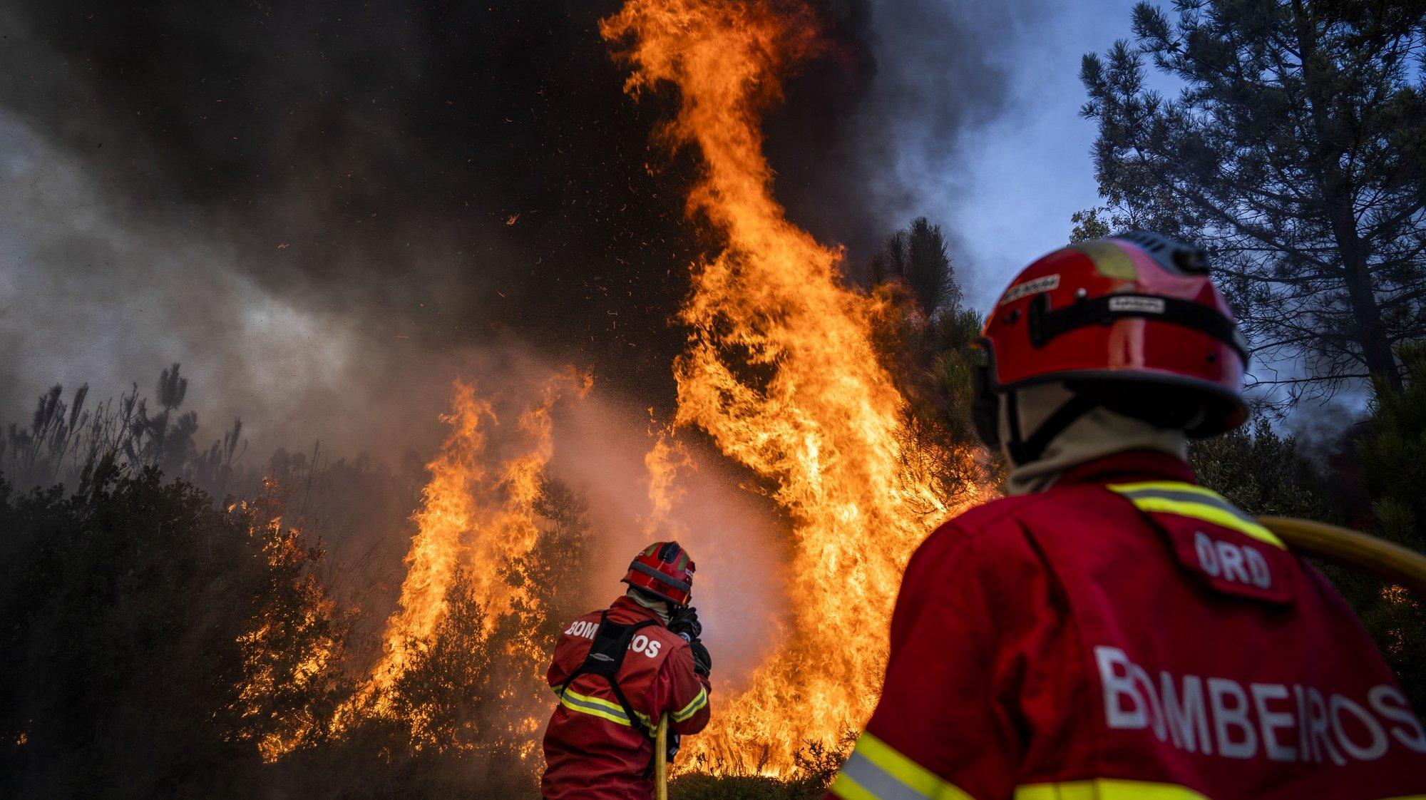 Dois bombeiros combatem as chamas no incêndio que deflagrou na madrugada de domingo no Parque Natural das Serras de Aire e Candeeiros (PNSAC), em Porto de Mós, 07 de setembro de 2020. RUI MIGUEL PEDROSA/LUSA