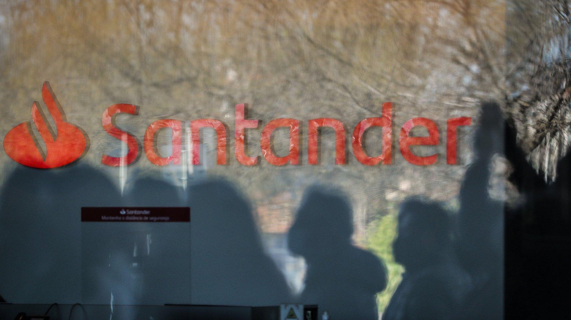 Trabalhadores do Banco Santander Totta participam na concentração em protesto pelo plano da administração de reorganização do banco que prevê a supressão de centenas de postos de trabalho, no Centro Santander Totta, em Lisboa, 18 de março de 2021. MÁRIO CRUZ/LUSA