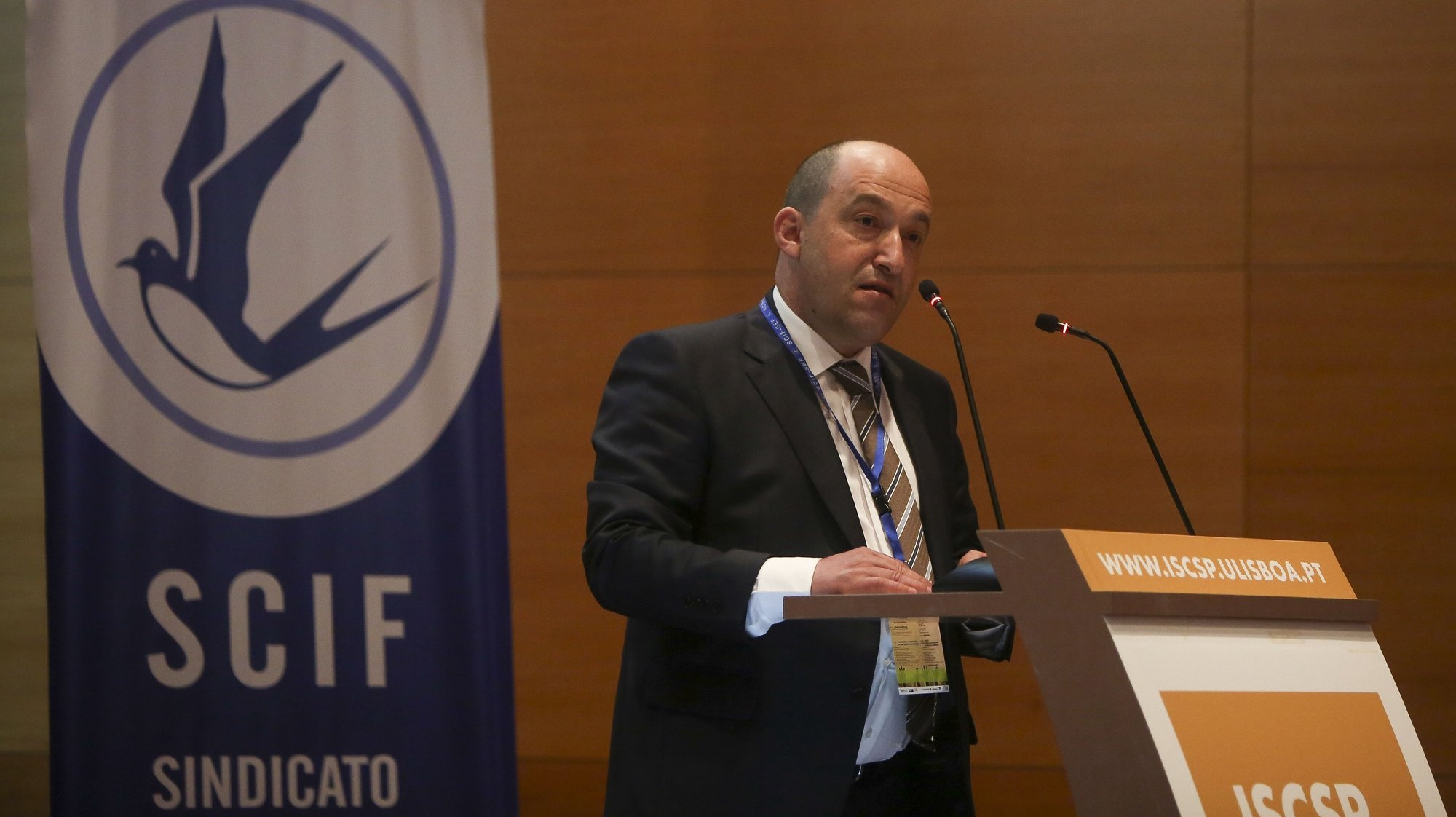 """O presidente do SCIF/SEF, Acácio Pereira, discursa durante a conferência """"Tráfico de seres humanos - o SEF e a luta contra o tráfico de pessoas"""", organizada pelo Sindicato da Carreira de Investigação e Fiscalização do Serviço de Estrangeiros e Fronteiras (SCIF/SEF), em Lisboa, 27 de abril de 2018. NUNO FOX/LUSA"""