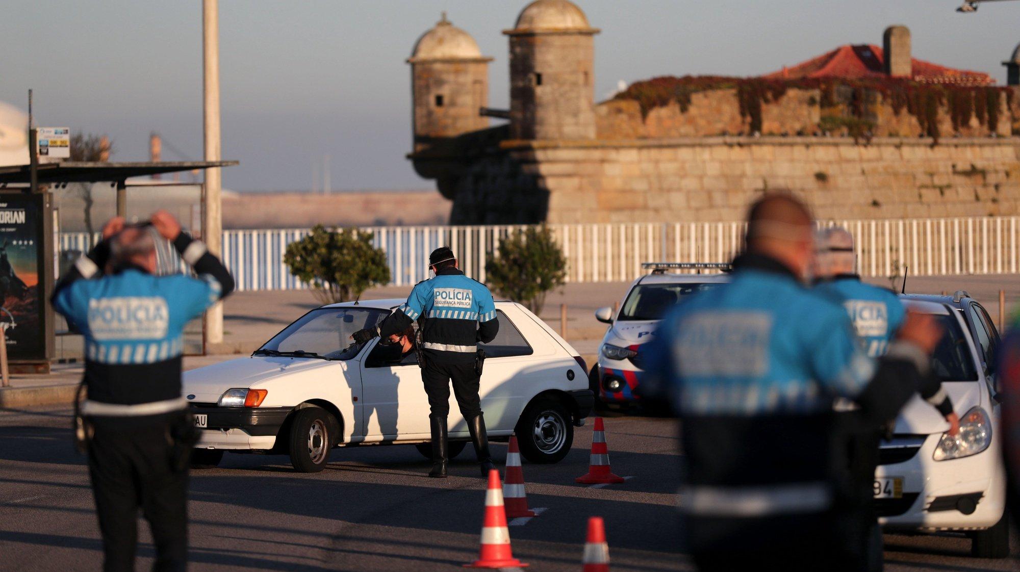 Agentes da PSP fazem uma operação Stop na rotunda do Castelo do Queijo que liga Matosinhos ao Porto, 30 outubro 2020. A circulação entre concelhos do continente está proibida entre os dias 30 de outubro e 03 de novembro devido à pandemia Covid-19 ESTELA SILVA/LUSA