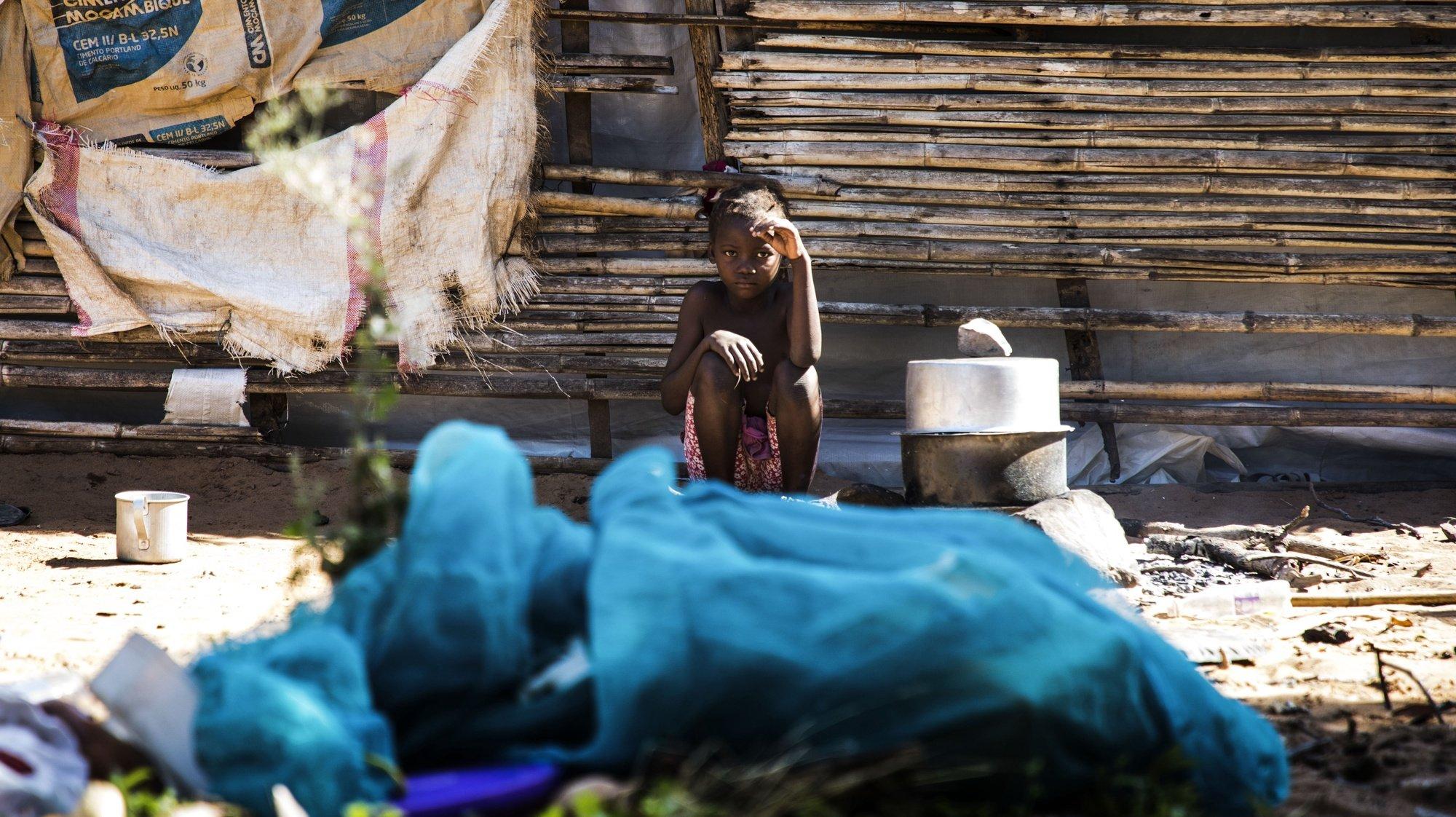 Uma criança da família de Vicente Tiago (ausente da foto) que conta 30 pessoas que fugiram dos ataques armados de Muidumbe, Cabo Delgado, e se refugiaram numa pequena casa precária na zona de Chiuba, Cidade de Pemba, 21 de julho de 2020. É uma de milhares de famílias que carecem de ajuda alimentar na crise humanitária que afeta a província do norte de Moçambique.  (ACOMPANHA TEXTO DE 22/07/2020) RICARDO FRANCO/LUSA