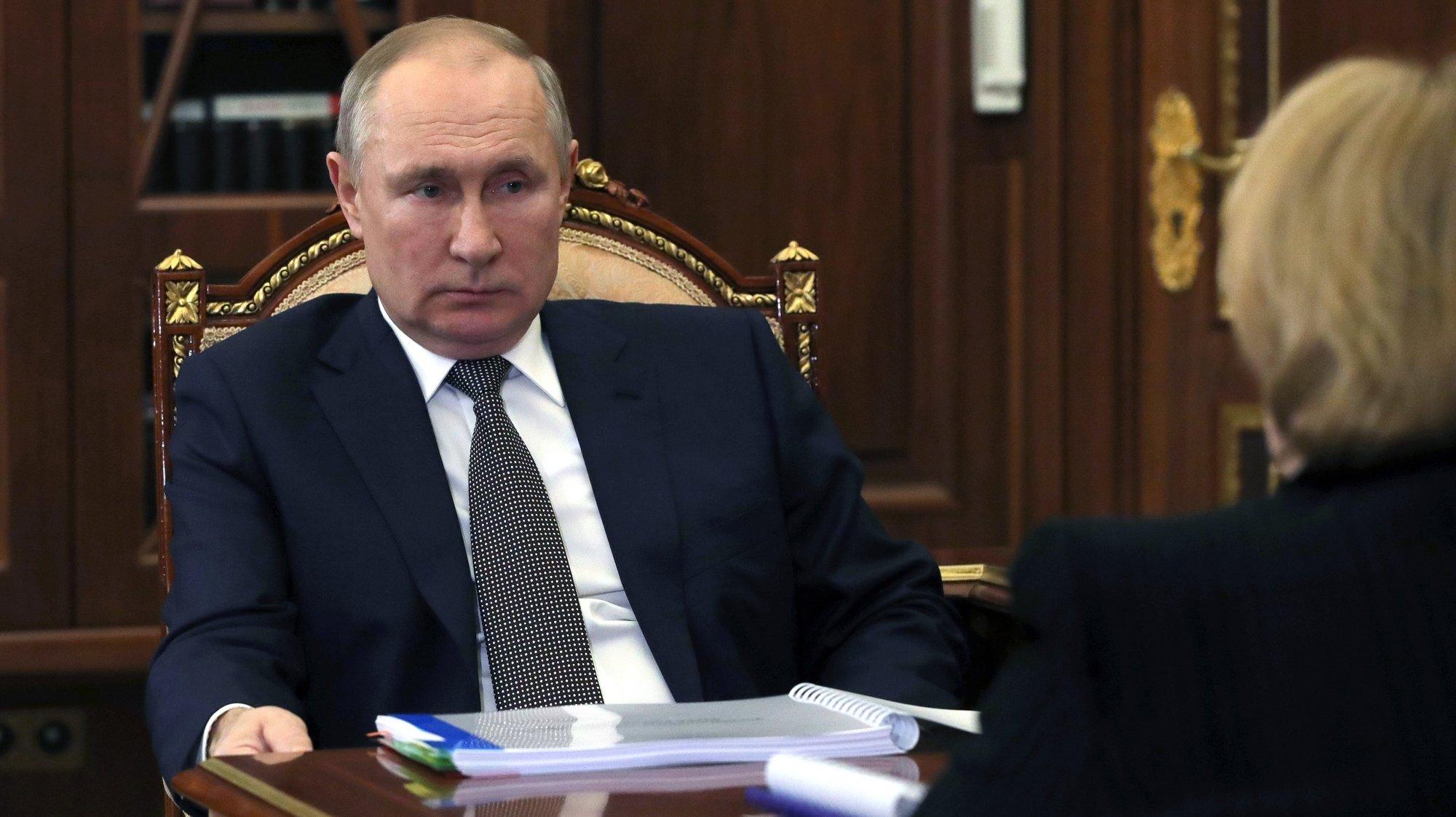 epa09044715 Russian President Vladimir Putin meets with Head of the Russian Federal Biomedical Agency Veronika Skvortsova, in Moscow, Russia, 01 March 2021.  EPA/ALEXEI DRUZHININ/SPUTNIK/KREMLIN / POOL MANDATORY CREDIT