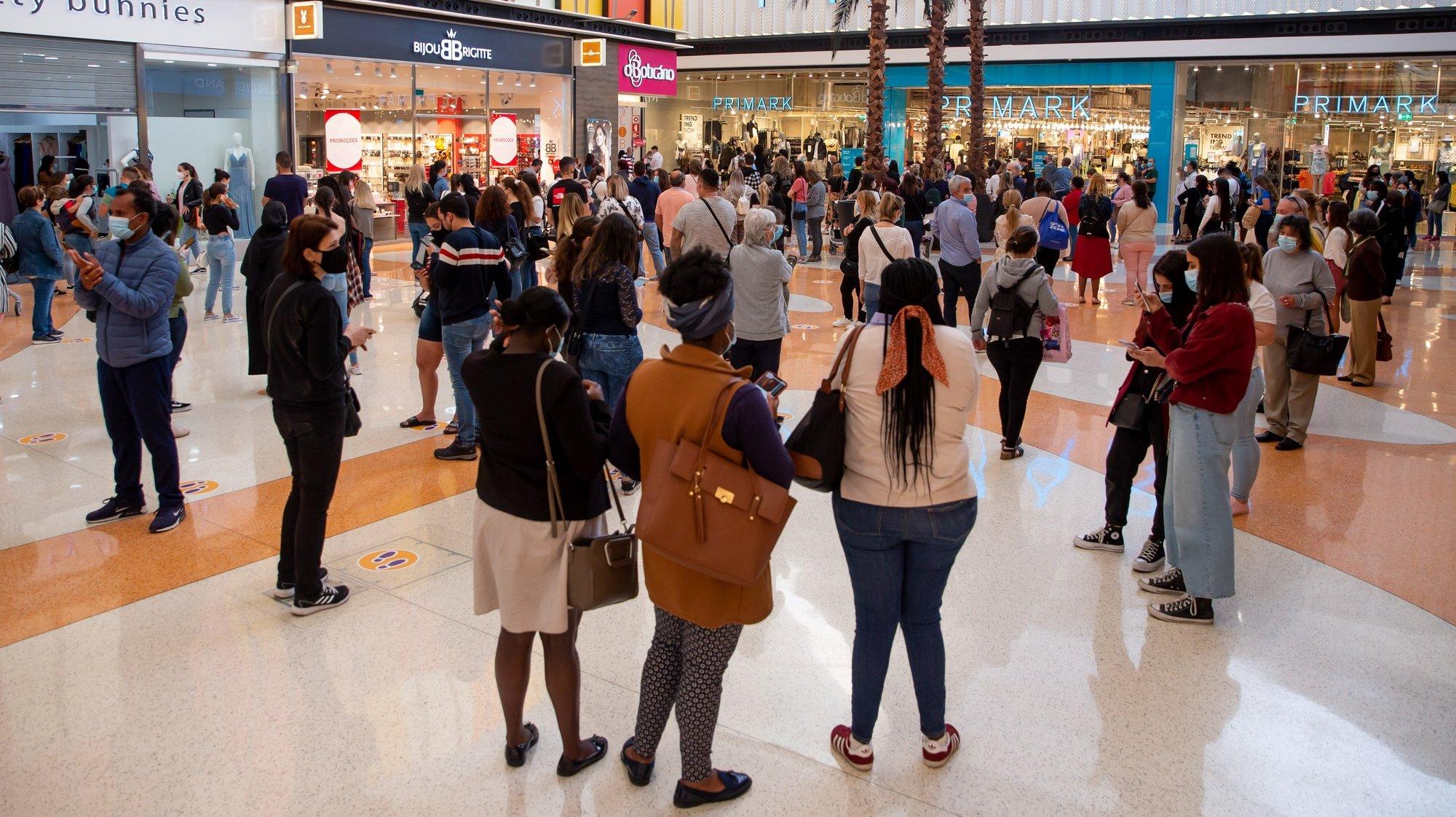 Pessoas fazem fila para entrar numa das lojas do Centro Comercial UBBO, no dia que marca o início da terceira fase de desconfinamento em Portugal, na Amadora, 19 de abril de 2021. Portugal inicia hoje a terceira fase do desconfinamento com a reabertura de mais escolas, lojas, restaurantes e cafés, um levantamento de restrições que não é acompanhado nos 10 concelhos onde a incidência da covid-19 é maior. JOSÉ SENA GOULÃO/LUSA