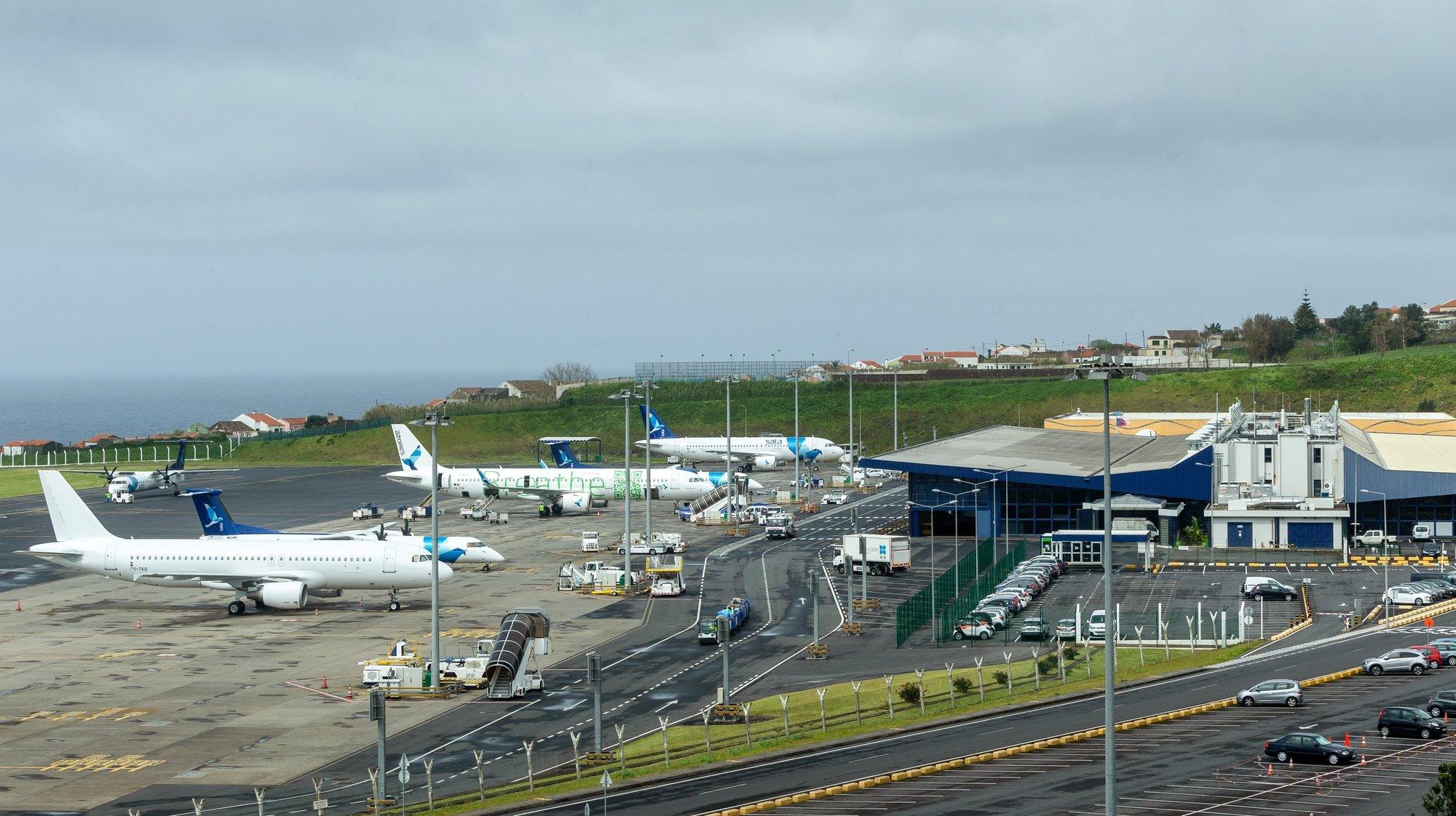 Um avião da SATA prepara-se para descolar do aeroporto de Ponta Delgada, para uma viagem entre ilhas, durante o primeiro dia das cercas sanitárias para conter o surto da covid-19, em Ponta Delgada, ilha de São Miguel, Açores, 03 de abril de 2020. Na quinta-feira, o Governo dos Açores decidiu fixar cercas sanitárias nos seis concelhos da ilha de São Miguel, para fazer face à pandemia de covid-19 na região, medida que vai vigorar até 17 de abril. EDUARDO COSTA/LUSA