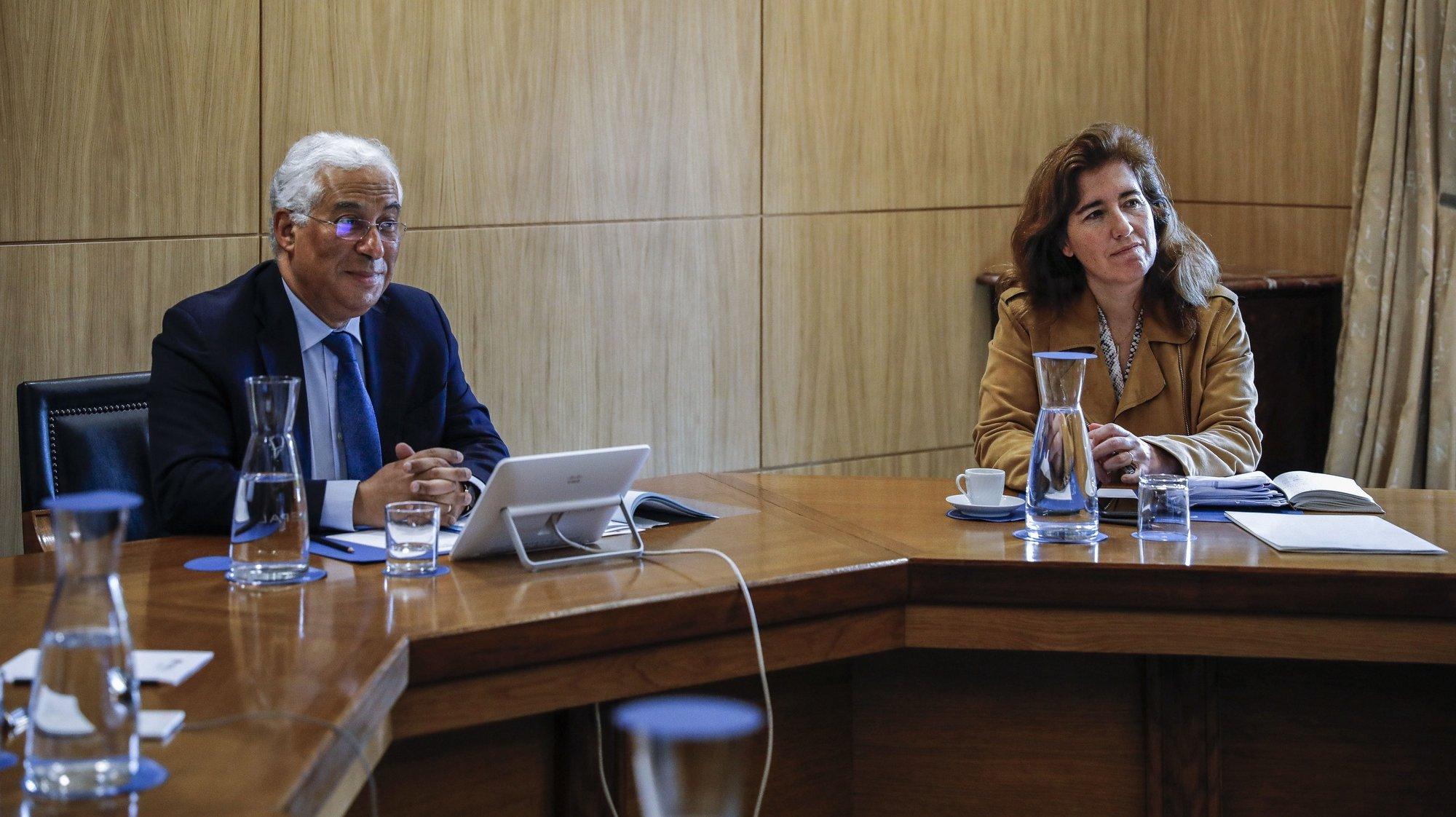 O primeiro-ministro, António Costa (E) acompanhado da ministra do Trabalho, Solidariedade e Segurança Social, Ana Mendes Godinho (D), durante a reunião da Comissão Permanente de Concertação Social para preparação do conselho europeu, em Lisboa, 21 de abril de 2020. RODRIGO ANTUNES/LUSA