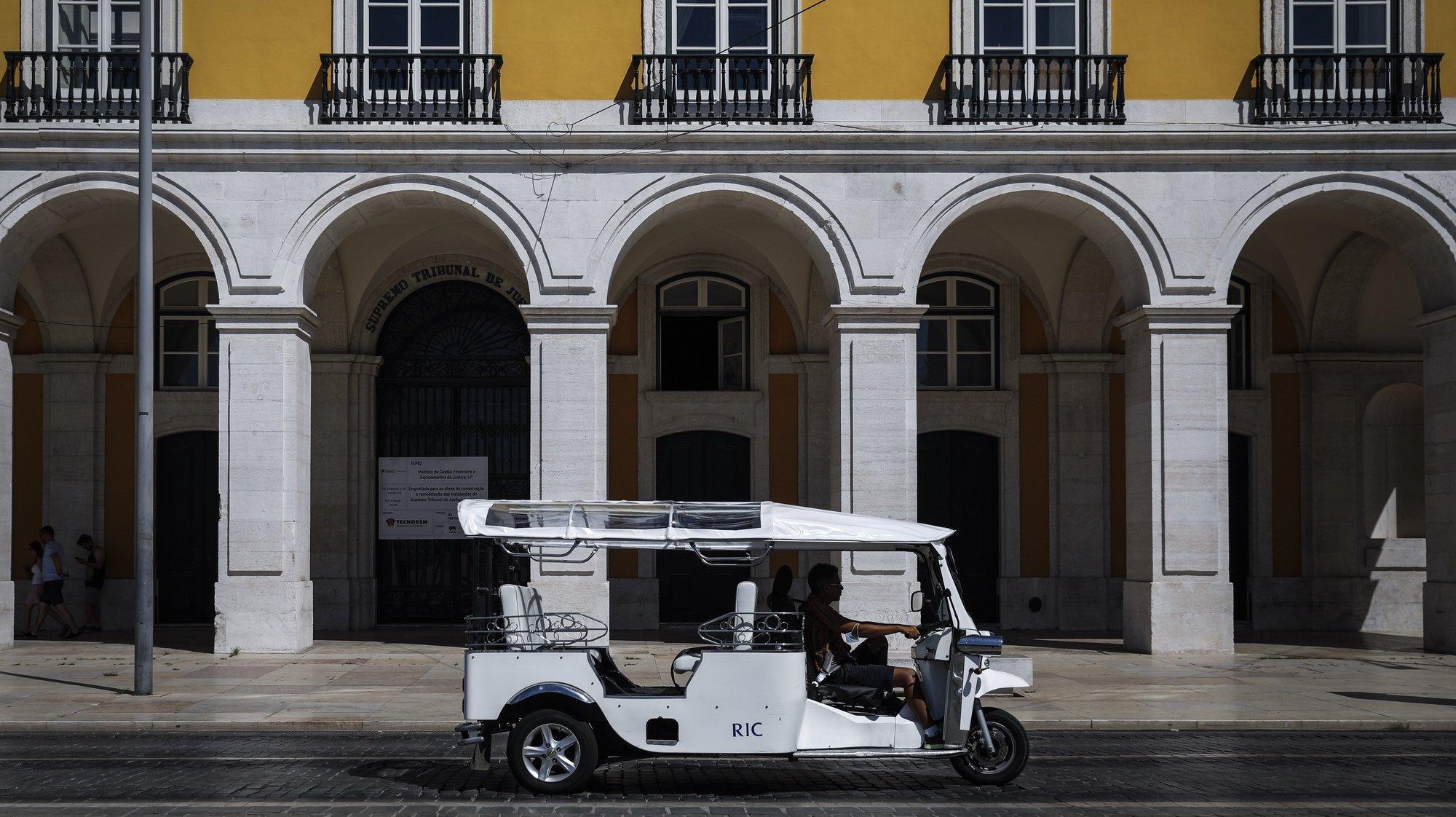 Um tuk-tuk desloca-se no Terreiro do Paço durante a reportagem sobre o impacto da covid-19 no negócio dos tuk-tuk e na animação turística, em Lisboa, 13 de agosto de 2020. (ACOMPANHA TEXTO DE 15/08/2020) RODRIGO ANTUNES/LUSA
