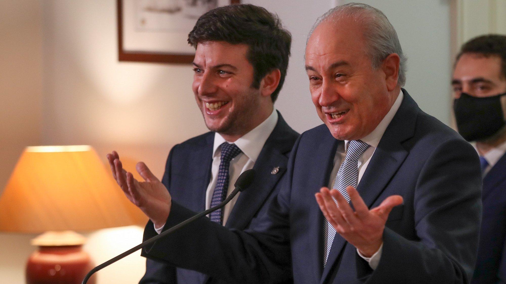 O presidente do Partido Social Democrata (PSD), Rui Rio (D), e o presidente do CDS-PP, Francisco Rodrigues dos Santos, falam aos jornalistas em conferência de imprensa conjunta após uma reunião realizada  na sede nacional do PSD, em Lisboa, 27 de janeiro de 2021.  MANUEL DE ALMEIDA/LUSA