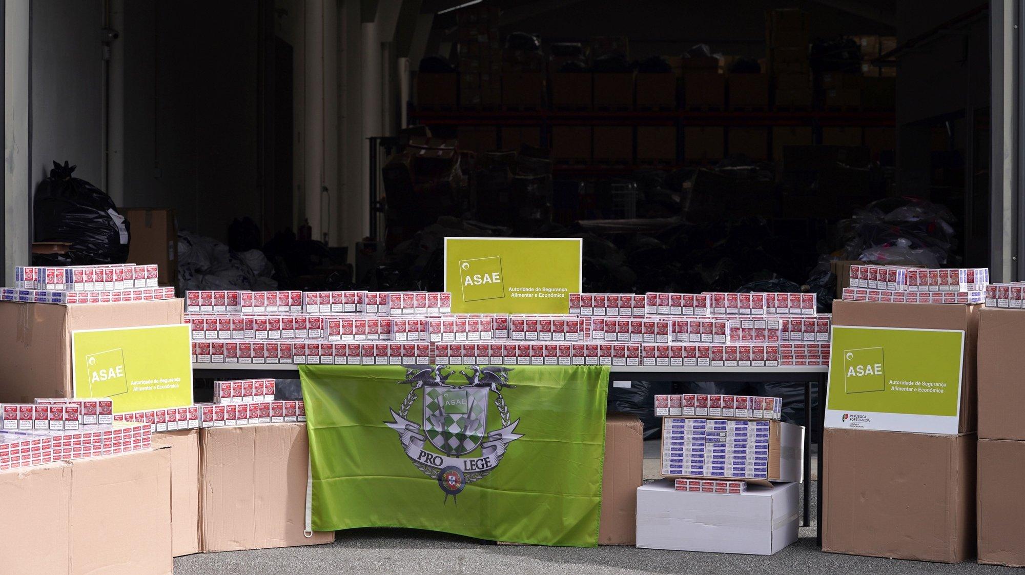 A ASAE  mostra o material decorrente de uma apreensão de cerca de 12 000 maços de tabaco bem como de viatura que se encontrava a transportar a referida mercadoria, em Barcelos, 23 de fevereiro de 2021. HUGO DELGADO/LUSA