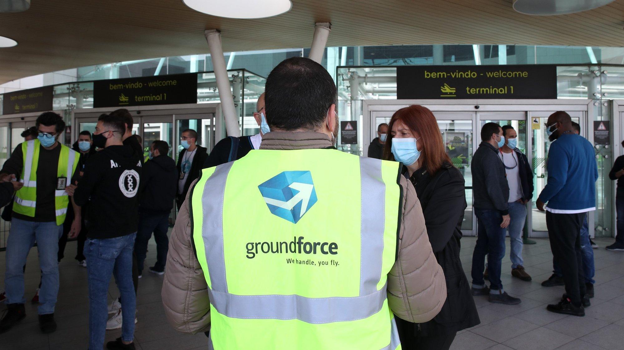 Manifestação de trabalhadores da SPdH/Groundforce, organizada pelo movimento SOS handling, em protesto pelo não pagamento de salários e despedimentos anunciados 02 de março de 2021, junto à entrada da estação do Aeroporto do Metropolitano de Lisboa.   MANUEL DE ALMEIDA/LUSA