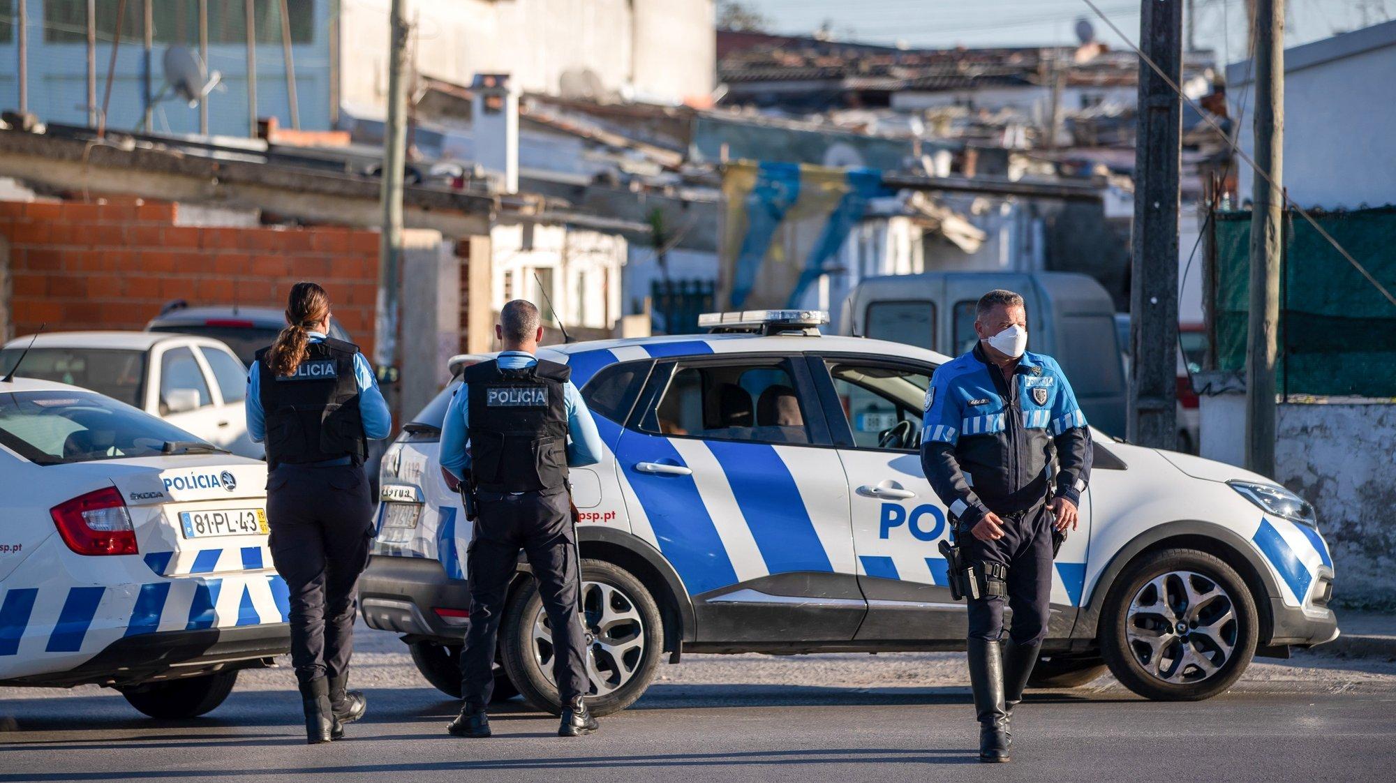 Elementos da Polícia de Segurança Pública (PSP) bloqueiam a estrada para o Bairro da Quinta das Lagoas, em Santa Marta de Corroios, no Seixal, devido a um tumulto entre moradores após o qual a PSP foi recebida a tiro, no Seixal, 23  de março de 2021. JOSÉ SENA GOULÃO/LUSA