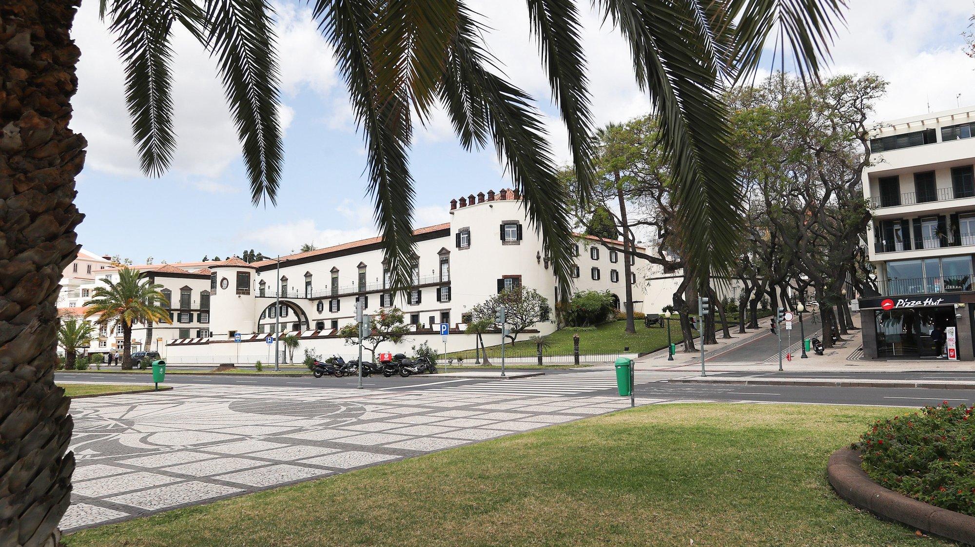 Ruas no centro do Funchal encontra-se sem pessoas devido à pandemia da covid-19, ilha da Madeira, 21 de março de 2020. Em Portugal, há 12 mortes e 1.280 infeções confirmadas. Portugal encontra-se em estado de emergência desde as 00:00 de quinta-feira e até às 23:59 de 02 de abril. HOMEM DE GOUVEIA/LUSA