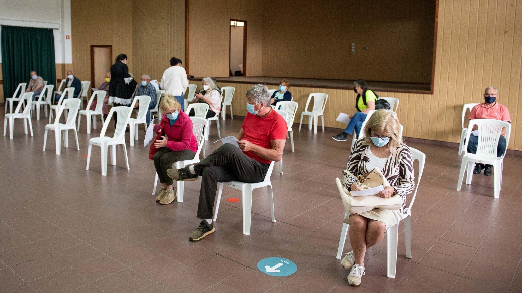 Cidadãos do município de Odemira aguardam a vez para tomar a vacina contra o coronavírus SARS-CoV-2 , reforçado com o apoio de militares do Exército e que foi acompanhado pelo ministro da Defesa Nacional, João Gomes Cravinho (ausente da imagem), 02 de maio de 2021. TIAGO CANHOTO/LUSA