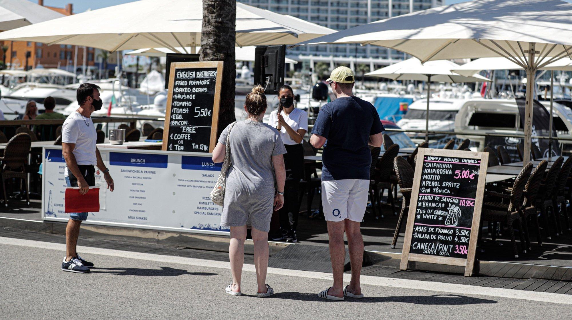Turistas na marina de Vilamoura, 19 de maio de 2021. Dando início aos planos de retomada do turismo, Portugal passou a permitir na segunda - feira, 17 de maio, viagens não essenciais do Reino Unido e de países da União Europeia, o que fez com que muitos turistas se deslocassem de férias para o Algarve.        (ACOMPANHA TEXTO) LUÍS FORRA/LUSA