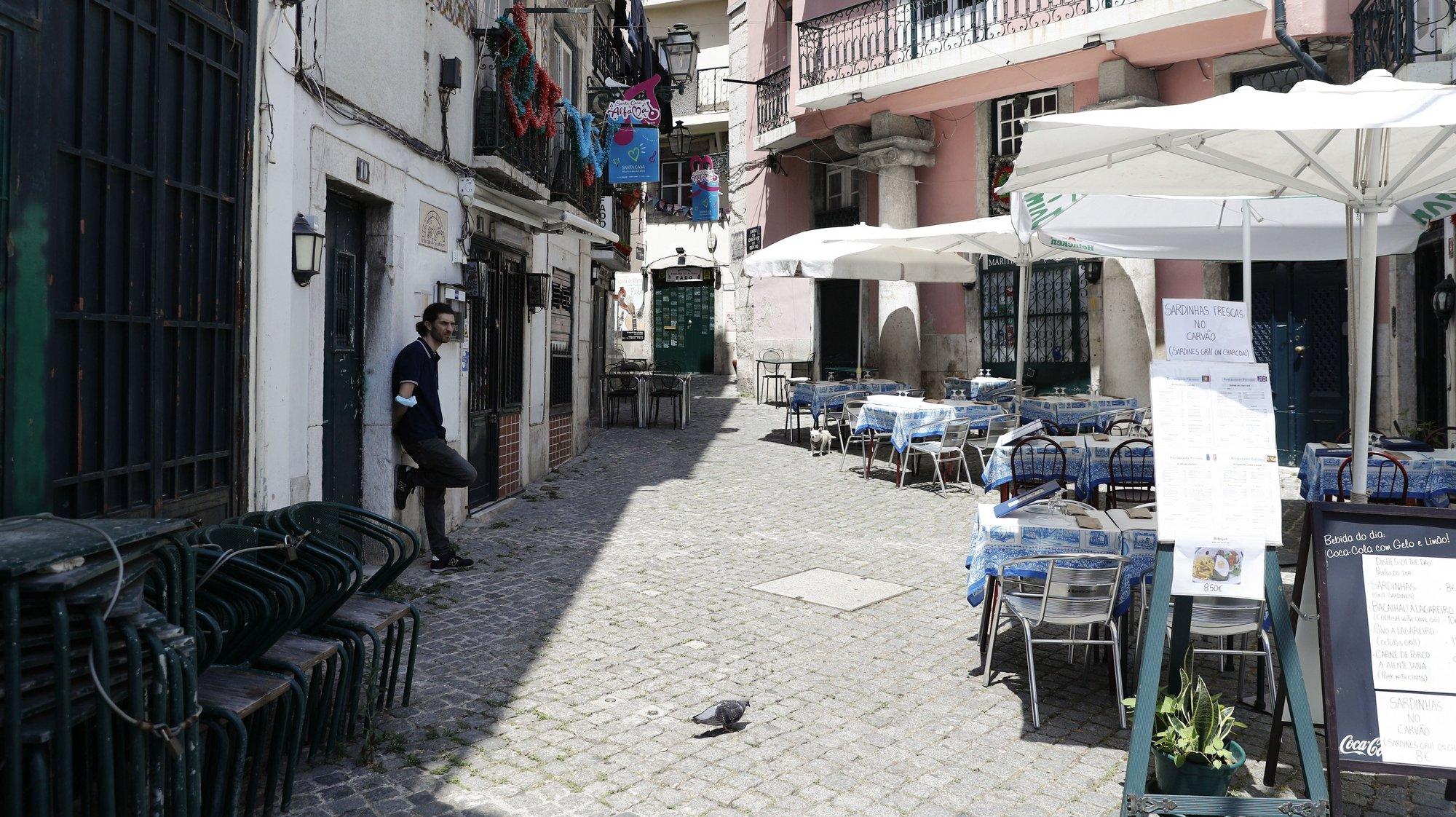 Uma rua do bairro de Alfama, sem os tradicionais efeitos dos Santos Populares, Lisboa, 11 de junho de 2021. Uma vez mais devido à pandemia da covid-19 a cidade de Lisboa, não terá os tradicionais arraiais de Santo António. (ACOMPANHA TEXTO). ANTÓNIO COTRIM/LUSA