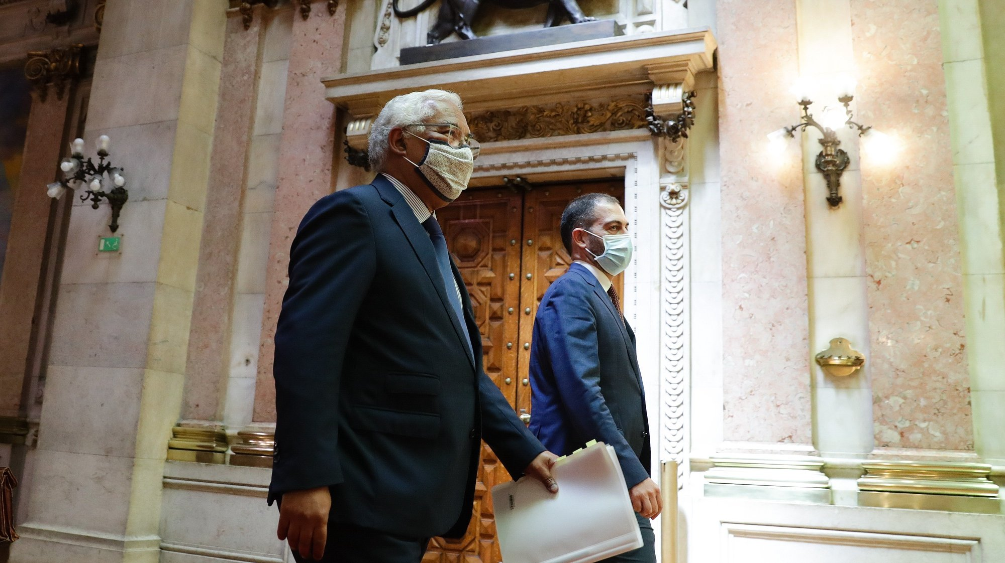 O primeiro-ministro, António Costa (E), acompanhado pelo secretário de Estado dos Assuntos Parlamentares, Duarte Cordeiro (D), à chegada para o primeiro debate bimestral com a presença do chefe do Governo, na Assembleia da República, em Lisboa, 12 de maio de 2021. TIAGO PETINGA/LUSA