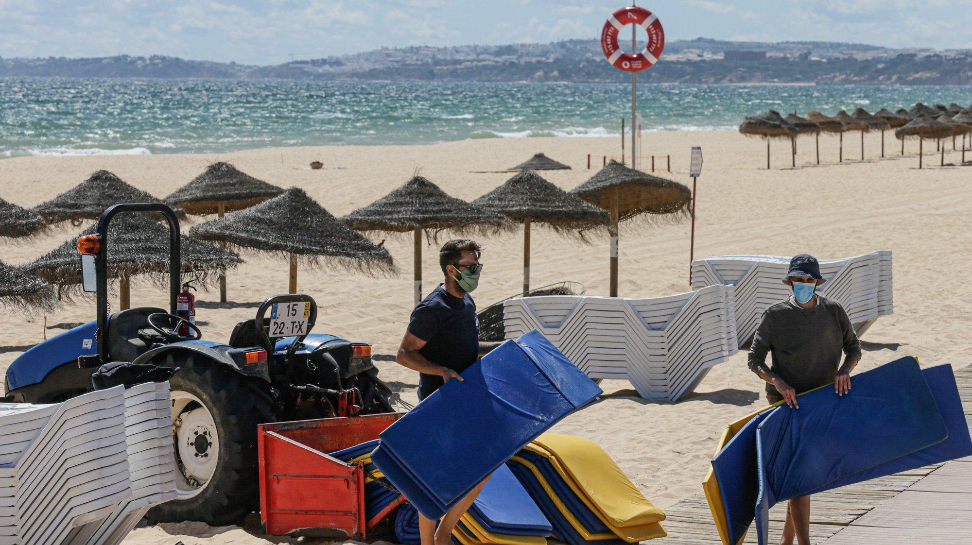 Concessionários da praia da Falésia, em Vilamoura no Algarve, realizam os últimos preparativos e adaptam-se às novas imposições da Direção Geral da Saúde para o início da época balnear devido à pandemia provocada pela covid-19, em Albufeira,4 de junho de 2020. (ACOMPANHA TEXTO DE 5 DE JUNHO DE 2020 ). LUÍS FORRA/LUSA