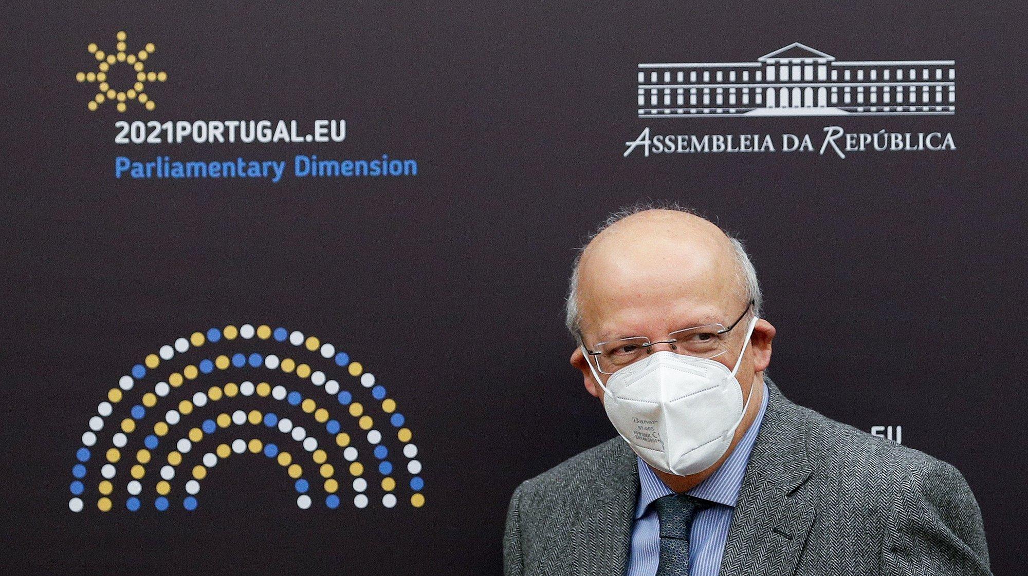 O ministro dos Negócios Estrangeiros, Augusto Santos Silva, à chegada para a sua audição perante a Comissão de Assuntos Europeus (conjunta com a Comissão de Negócios Estrangeiros e Comunidades Portuguesas), na Assembleia da República, em Lisboa, 17 de fevereiro de 2021. ANTÓNIO COTRIM/LUSA
