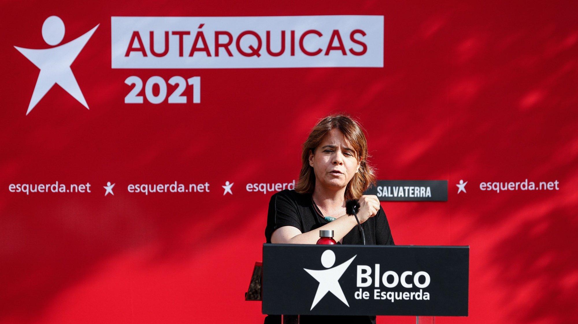 A coordenadora nacional do Bloco de Esquerda (BE), Catarina Martins, intervém durante o comício de apresentação da candidatura de Luís Gomes (ausente na foto), à Câmara Municipal de Salvaterra de Magos, em Santarém ,12 de junho de de 2021. ANTÓNIO COTRIM/LUSA