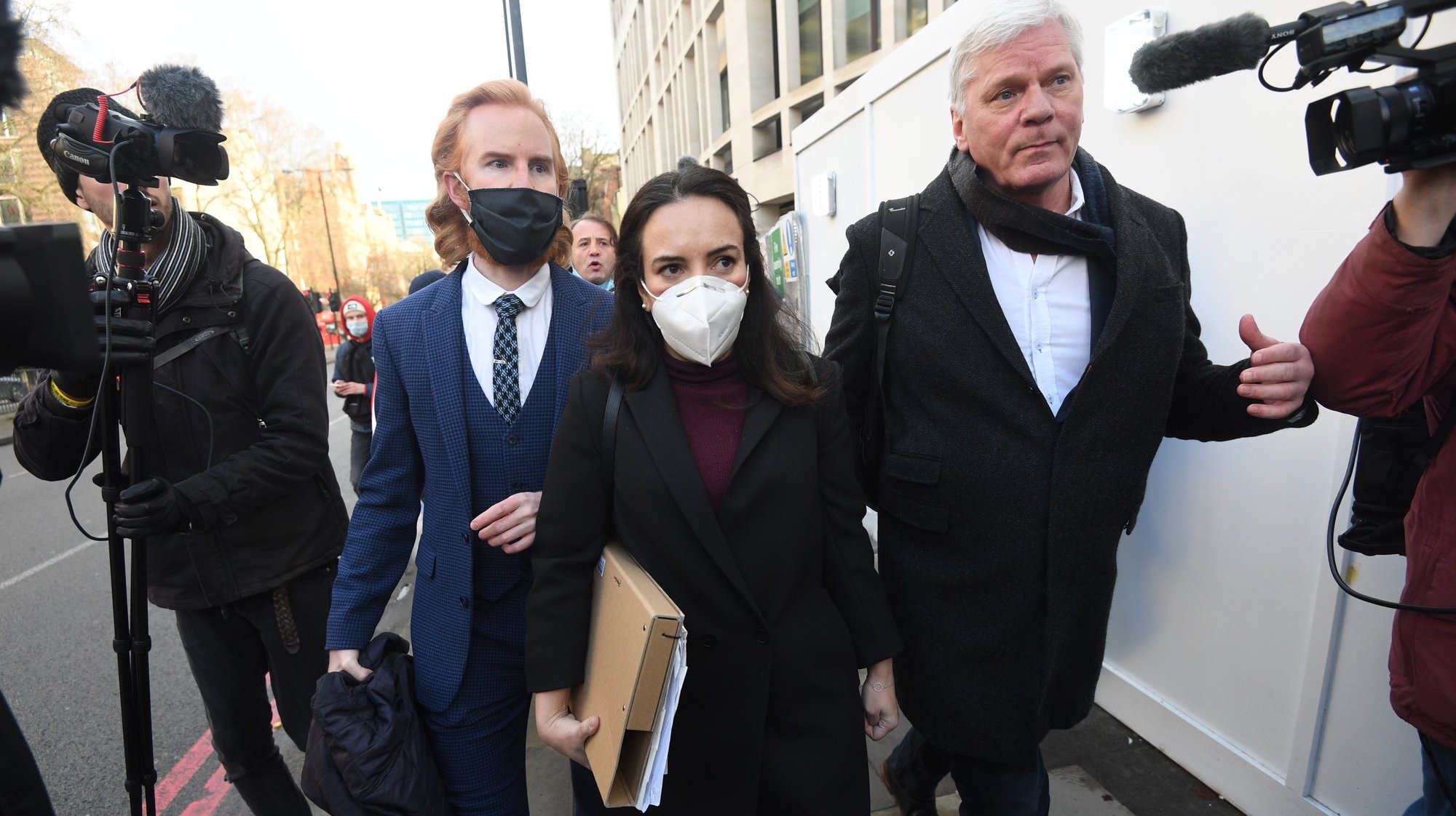 epaselect epa08921987 Stella Morris (C), partner of Wikileaks founder Julian Assange, leaves City of Westminster Magistrates court in central London, Britain, 06 January 2021. Wikileaks founder Julian Assange has been denied bail after a judge said he should not be extradited to the US to face trial because of suicide fears. Assange will make a bail application whilst the US government appeals Judge Baraitser's decision.  EPA/FACUNDO ARRIZABALAGA