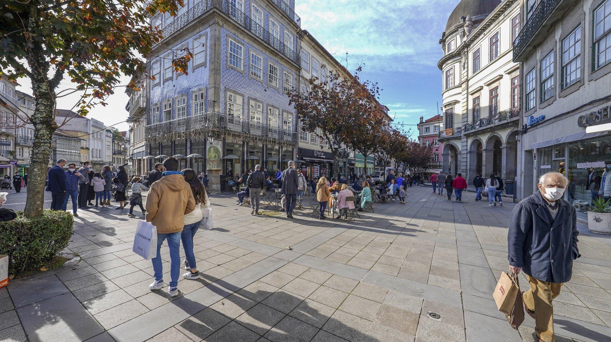 O contraste das principais artérias comerciais da cidade de Braga uma hora antes e uma hora depois do recolher obrigatório do estado de emergência, no âmbito das medidas de contenção da covid-19, em Braga, 28 de novembro de 2020. Com 213 concelhos em risco em Portugal, o Conselho de Ministros decretou, durante este e o próximo fim-de-semana, a proibição de circulação interconcelhia, bem como o confinamento obrigatório para toda a população destes concelhos a partir das 13h. HUGO DELGADO/LUSA