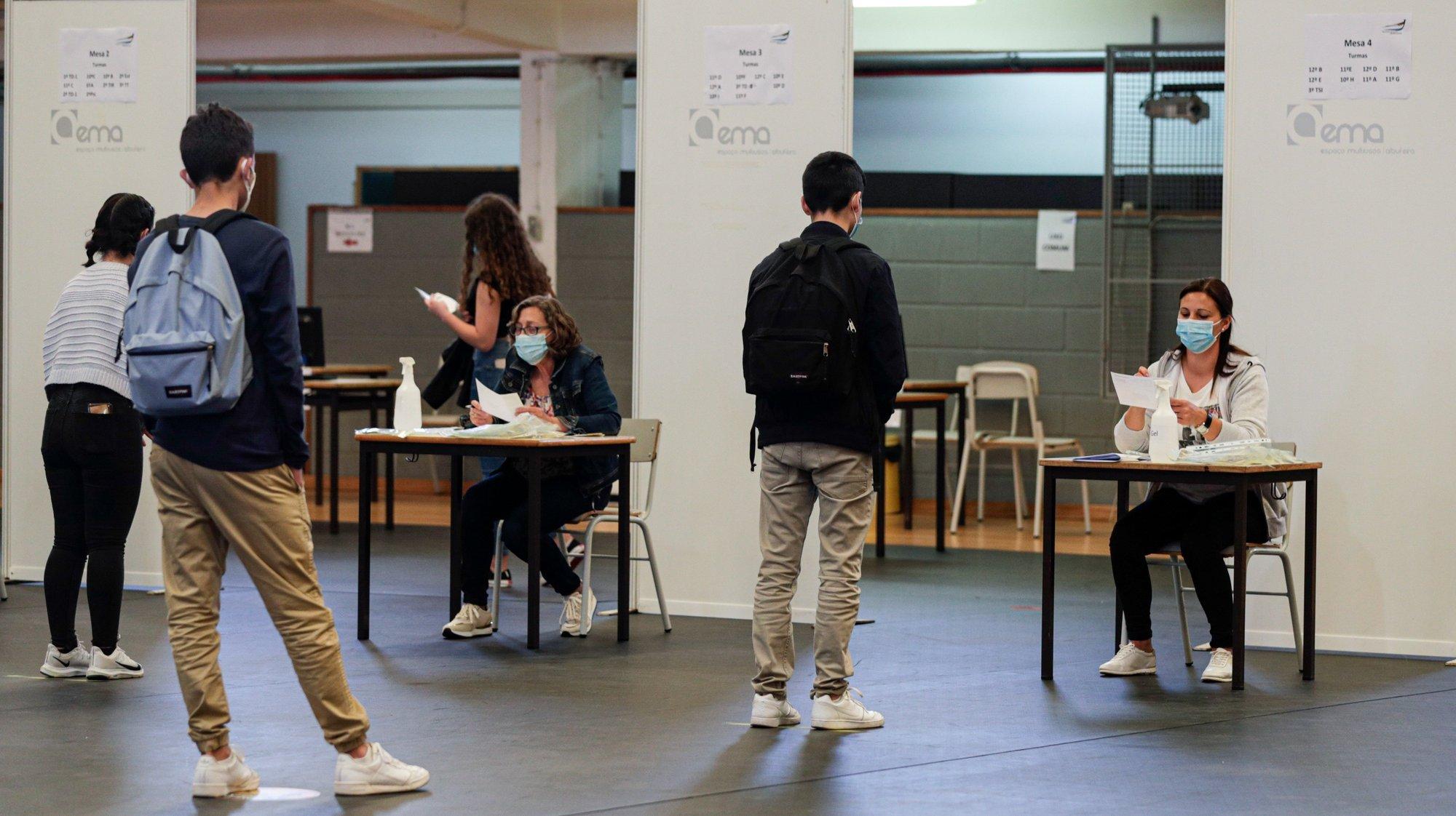Alunos esperam para ser testados numa escola, no dia do regresso às aulas do ensino secundário, no âmbito das novas medidas de desconfinamento relacionadas com a pandemia da covid-19, em Albufeira, 19 de abril de 2021. Portugal inicia hoje a terceira fase do desconfinamento com a reabertura de mais escolas, lojas, restaurantes e cafés, um levantamento de restrições que não é acompanhado nos 10 concelhos onde a incidência da covid-19 é maior. LUÍS FORRA/LUSA