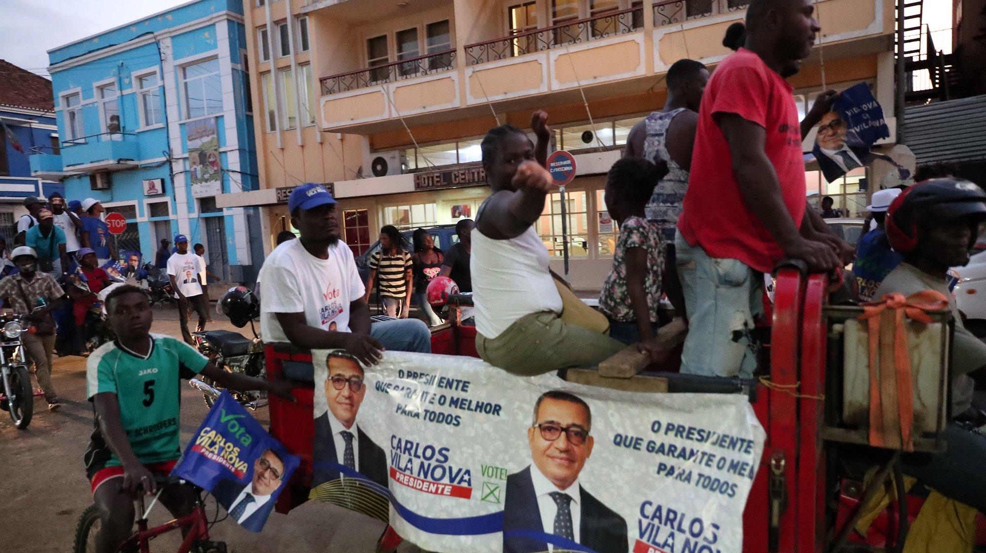 Apoiantes do candidato Carlos Vila Nova gritam palavras de ordem pela rua, durante uma marcha de celebração por ser o candidato mais votado, apesar de não garantir a vitória à primeira volta. São Tomé, 19 de julho de 2021. Segundo os resultados provisórios, anunciados hoje pela CEN, Carlos Vila Nova, apoiado pela Ação Democrática Independente (ADI, oposição) foi o candidato mais votado, com 39,47% (32.022 votos). NUNO VEIGA/LUSA
