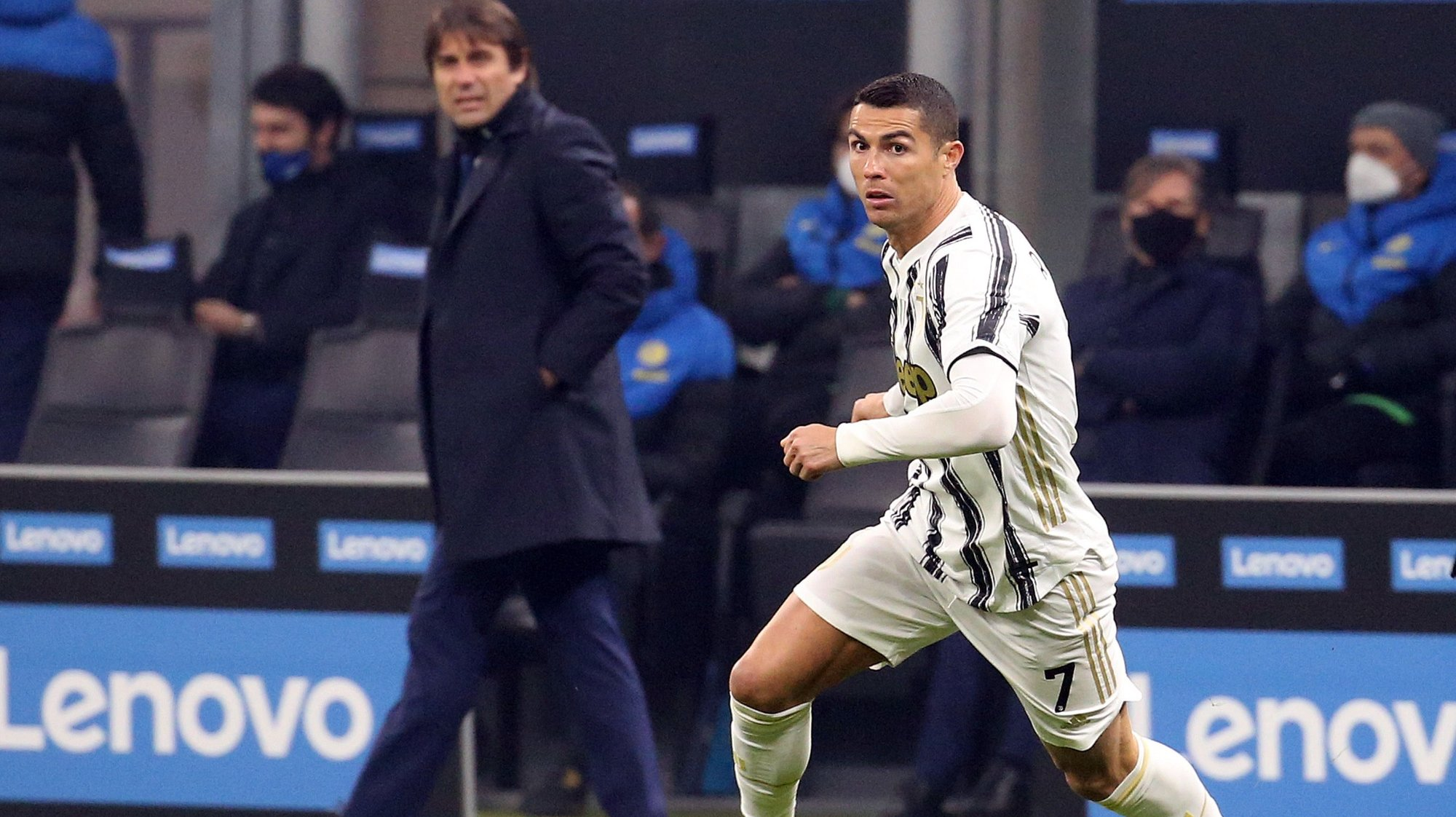 epa08944688 Juventus' Cristiano Ronaldo in action during the Italian Serie A soccer match between FC Inter and Juventus FC at Giuseppe Meazza stadium in Milan, Italy, 17 January  2021.  EPA/MATTEO BAZZI