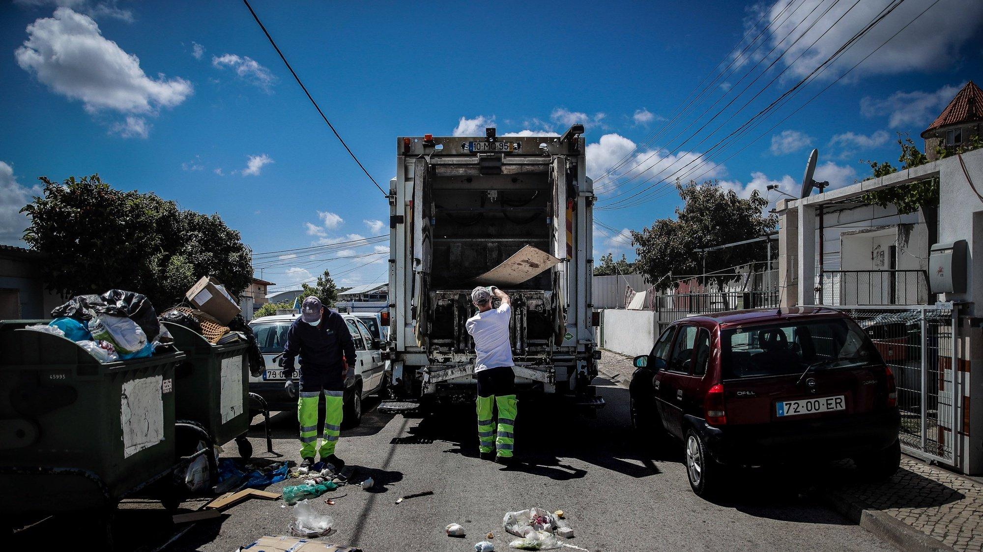 As equipas de Recolha de Resíduos Urbanos dos SIMAR foram reduzidas para metade mas a quantidade de lixo a recolher aumentou durante a situação epidemiológica da Covid-19, Loures, 30 de abril de 2020. (ACOMPANHA TEXTO DO DIA 02 MAIO 2020 .  MÁRIO CRUZ/LUSA