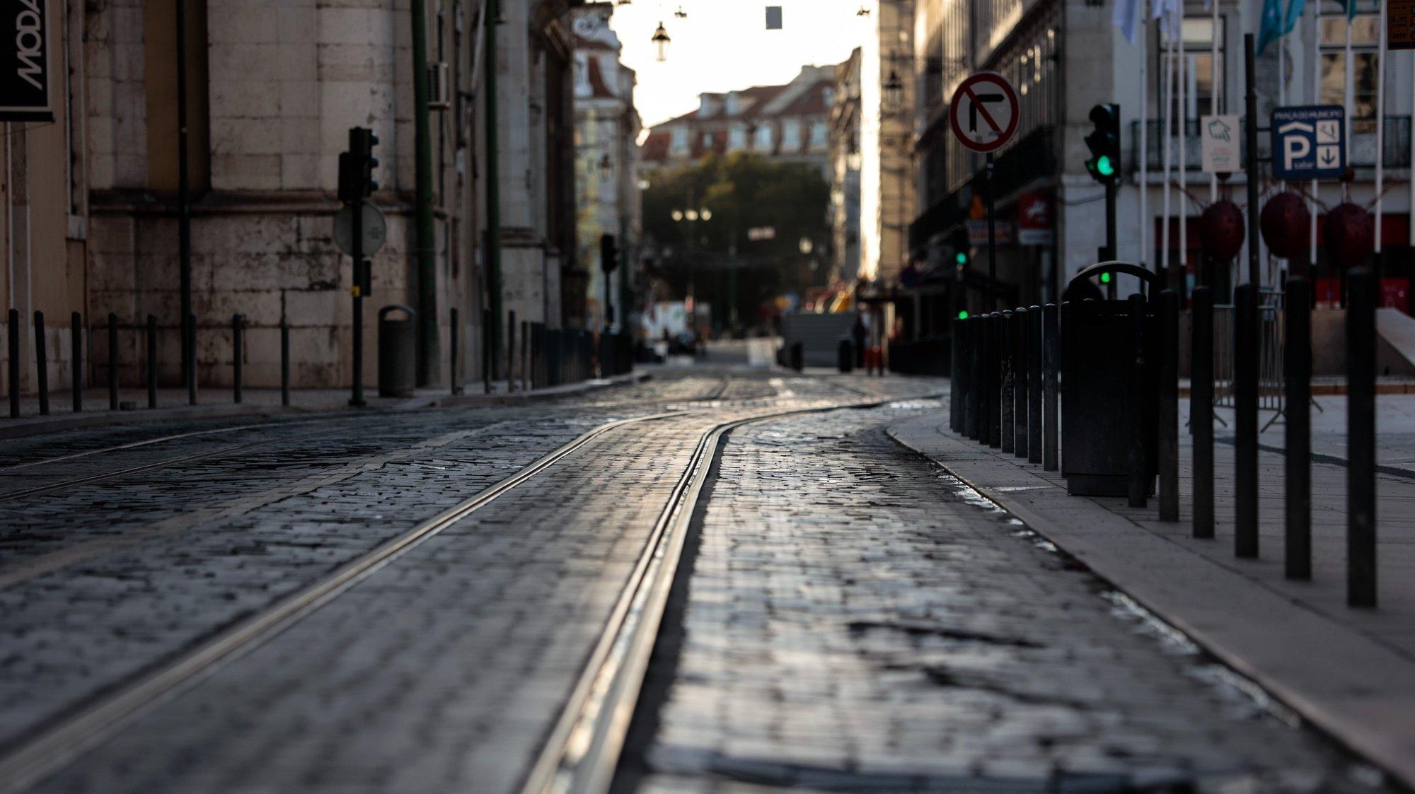"""Uma rua deserta na baixa lisboeta a meio da tarde, em Lisboa, 05 de dezembro de 2020. Entre as 13:00h de sábado 05 de dezembro e as 05:00h de 06 dezembro, está em vigor o recolher obrigatório nos concelhos de risco """"extremamente elevado"""" e """"muito elevado"""". JOSÉ SENA GOULÃO/LUSA"""