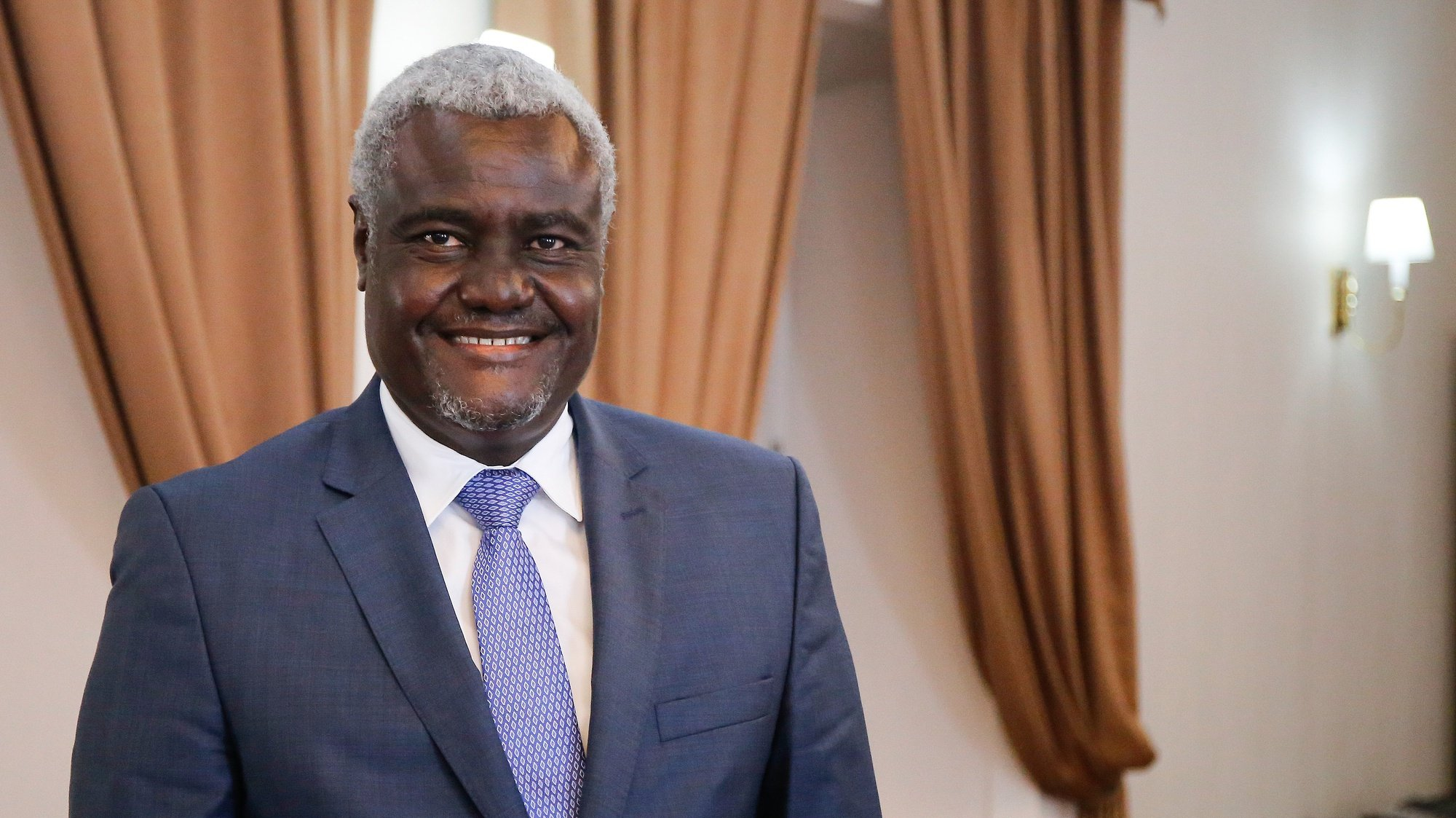 O presidente da União Africana, Moussa Faki Mahamat , no final de um encontro com o Presidente da República de Cabo Verde, Jorge Carlos Fonseca (ausente da fotografia), no Palácio Presidencial na cidade da Praia, Cabo Verde, 26 de janeiro de 2021. ALEJANDRO NOGALES/LUSA