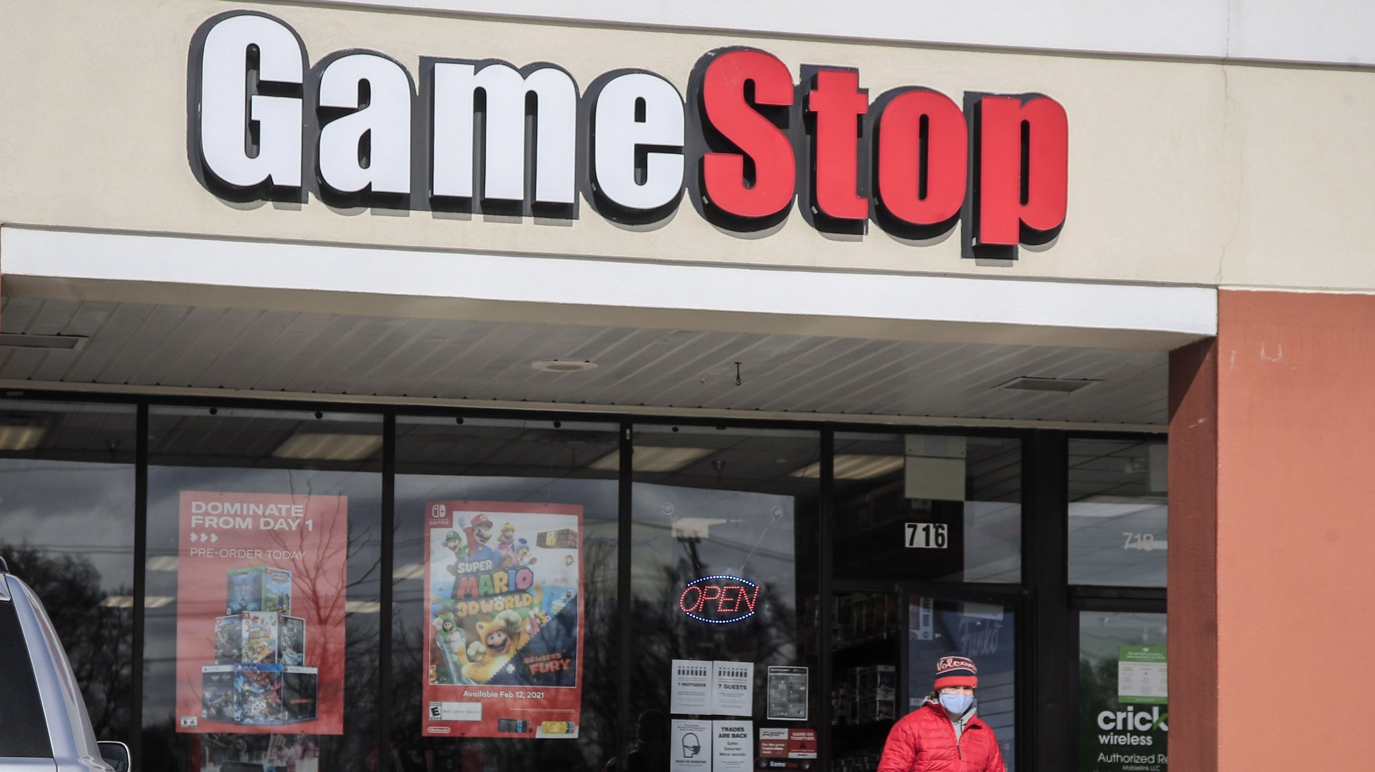 epa08969954 A customer leaves a GameStop store with his purchase in Round Lake Beach, Illinois, USA, 27 January 2021. The electronic game retailer has seen it's stock price soar from 3.25 US dollars in April 2020 to close at 347.51 US dollars on 27 January. The company has drawn interest from investors in online chat groups and created as much as 3 billion US dollars in value losses for short sellers.  EPA/TANNEN MAURY