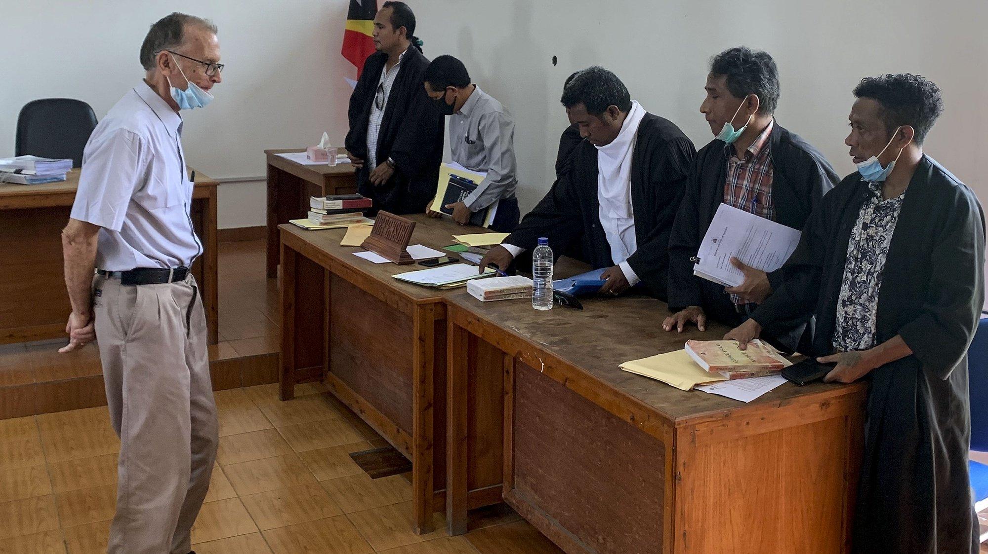 O início do julgamento de um ex-padre Richard Daschbach (E), 84 anos, acusado dos crimes de abuso sexual de crianças em Timor-Leste, pornografia infantil e violência doméstica, Pante Macassar, Timor-Leste, 22 fevereiro de 2021. ANTÓNIO SAMPAIO / LUSA