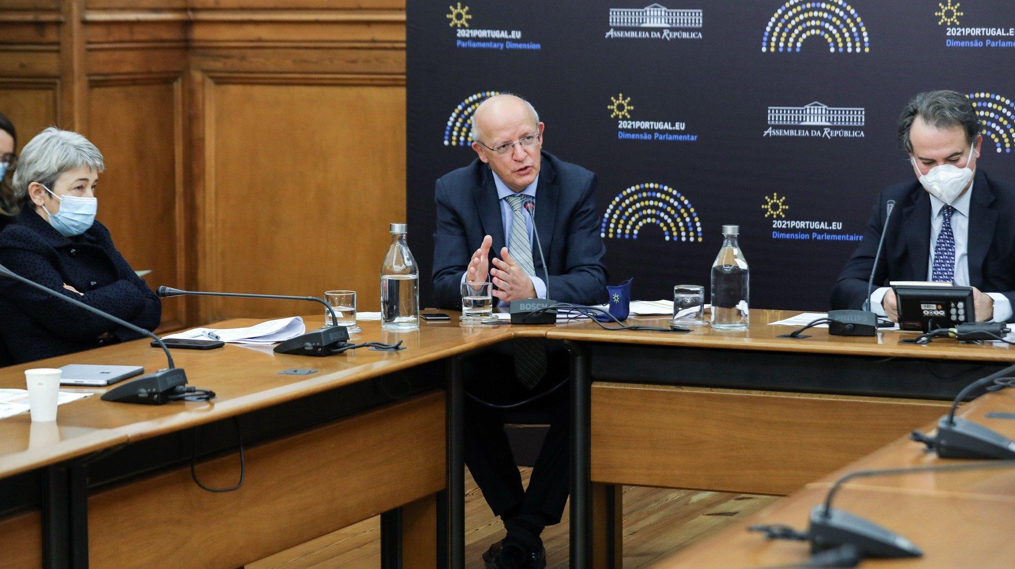 O ministro dos Negócios Estrangeiros, Augusto Santos Silva (C), durante a audição na Comissão de Negócios Estrangeiros e Comunidades Portuguesas esta tarde na Assembleia da República em Lisboa, 23 de fevereiro de 2021. MIGUEL A. LOPES/LUSA