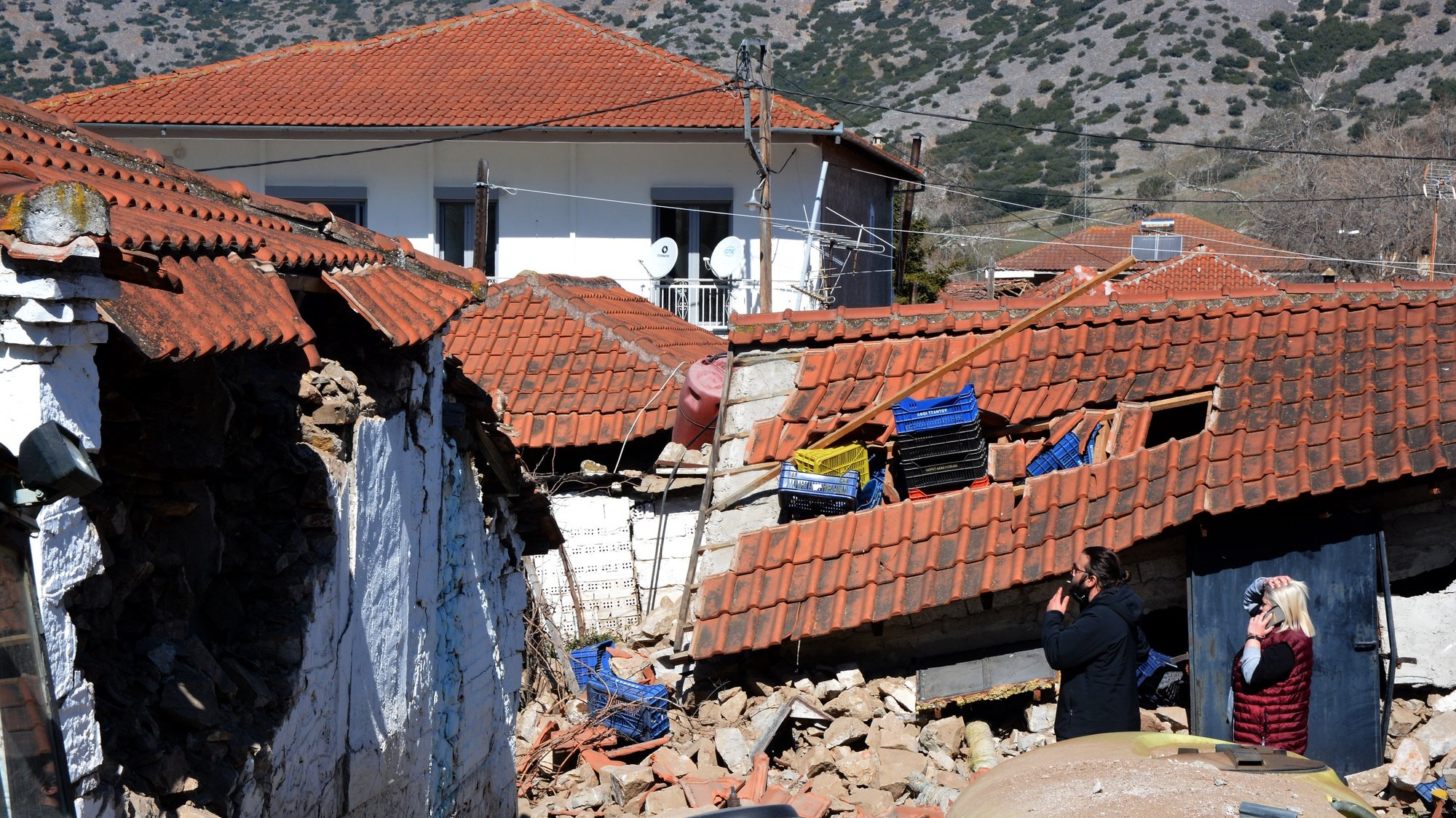 epaselect epa09051040 Damaged houses in the aftermath of an earthquake, in Damasi, Thessaly, central Greece, 04 March 2021. A 6,0-magnitude earthquake shook the wider region of Thessaly on 03 March. At least 30 houses were damaged in the vicinity of Mesochori in the municipality of Elassona, Thessaly.  EPA/APOSTOLIS DOMALIS